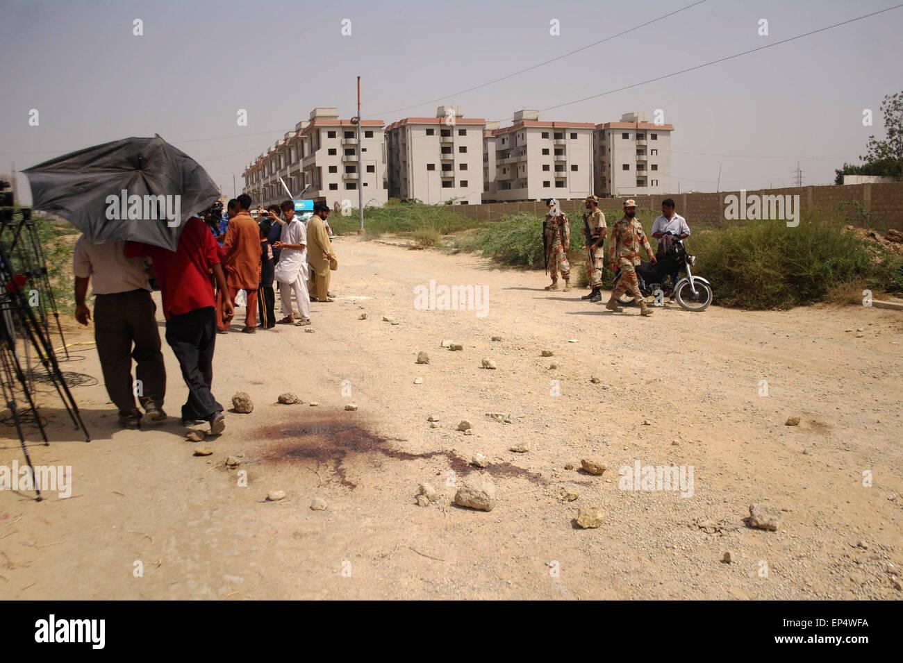 (150514) -- KARACHI, May 14, 2015 (Xinhua) -- People gather at the attack site in Karachi, Pakistan, May 13, 2015. - Stock Image