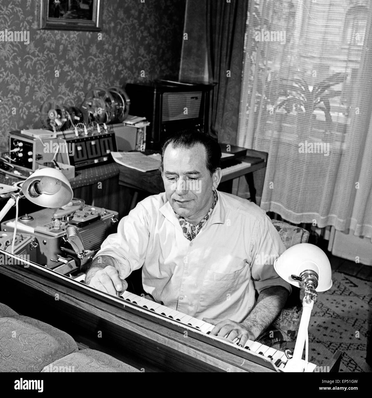 Komponist und Toningenieur arbeitet für den NDR in Hamburg, Deutschland 1960er Jahre. Composer and sound engineer Stock Photo