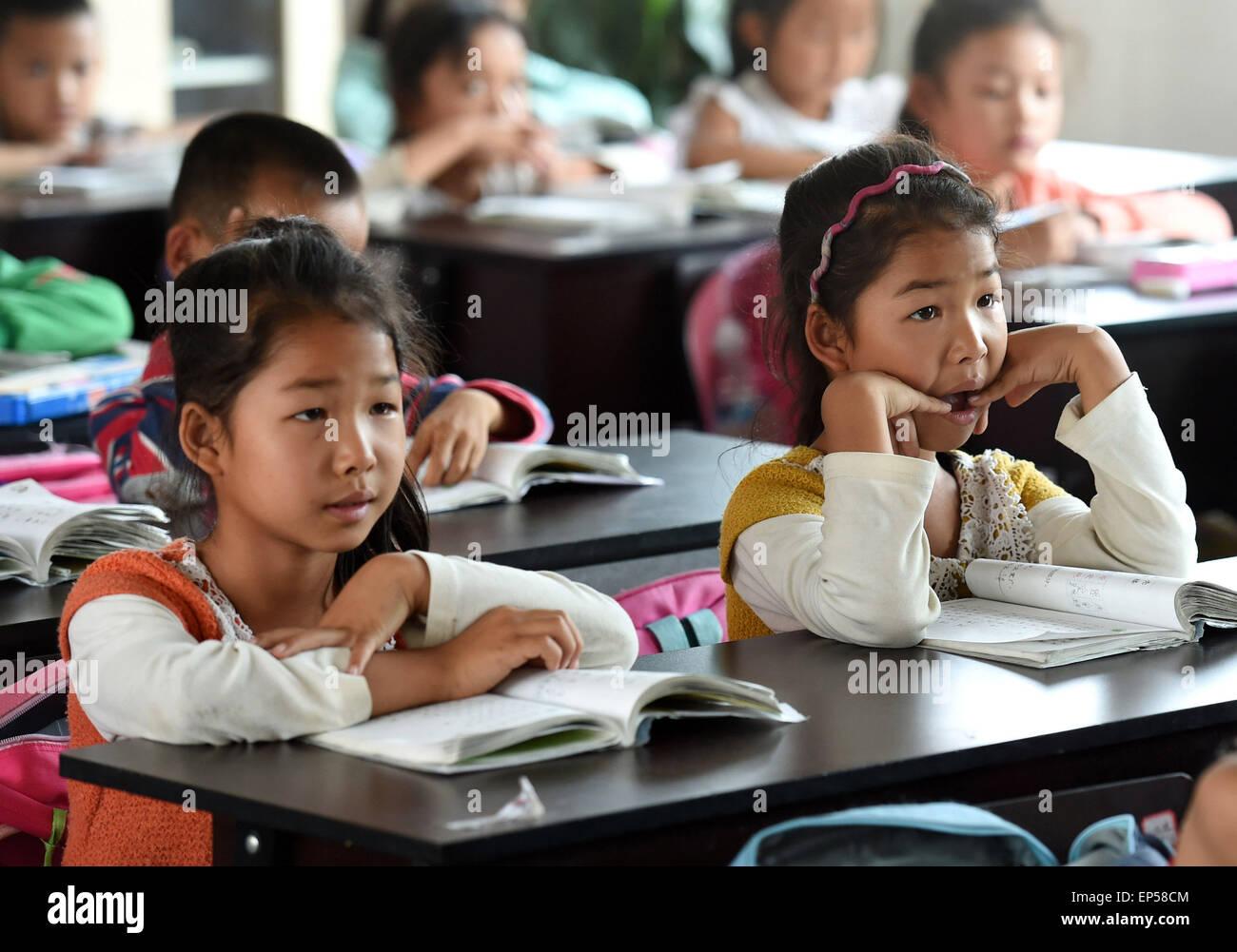 (150514) -- MOJIANG, May 14, 2015 (Xinhua) -- Twin sisters Jin Meixian (L) and Jin Huixian attend Chinese class - Stock Image
