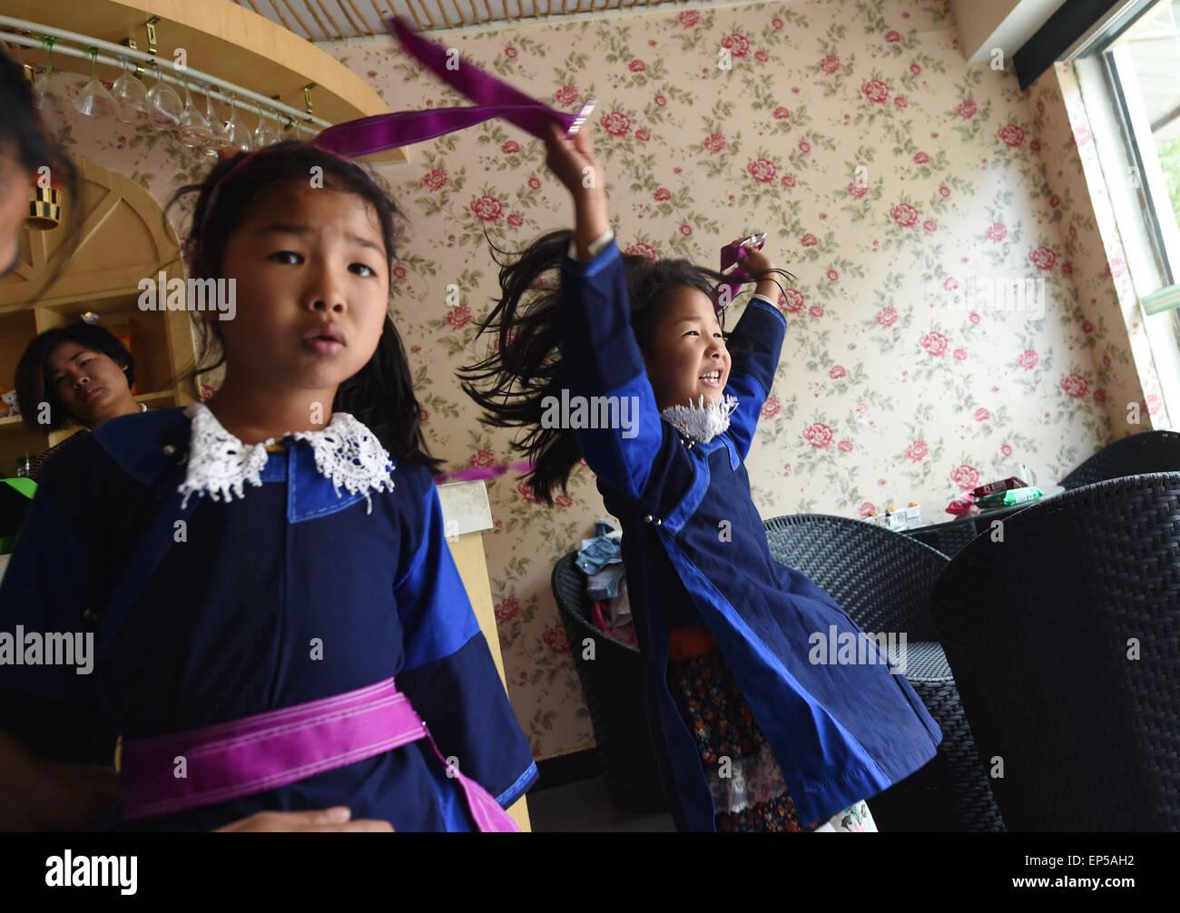 (150514) -- MOJIANG, May 14, 2015 (Xinhua) -- Twin sisters Jin Meixian (R) and Jin Huixian play at home in Mojiang - Stock Image