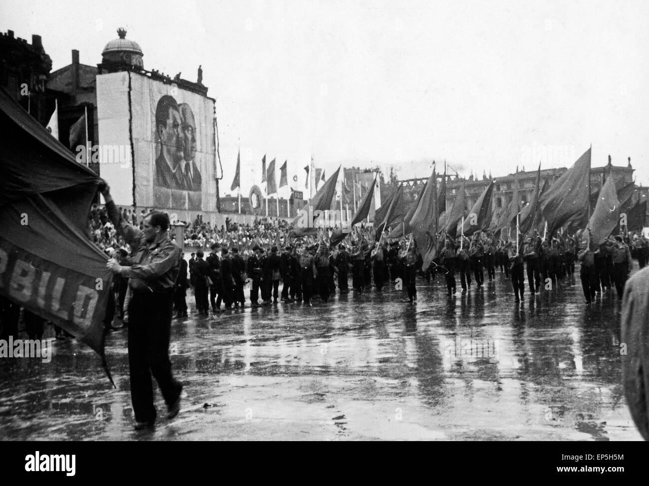 Maikundgebung mit Parade vor den Abbildungen von Josef Stalin und Wilhelm Pieck in Ost Berlin, DDR 1950er Jahre. - Stock Image