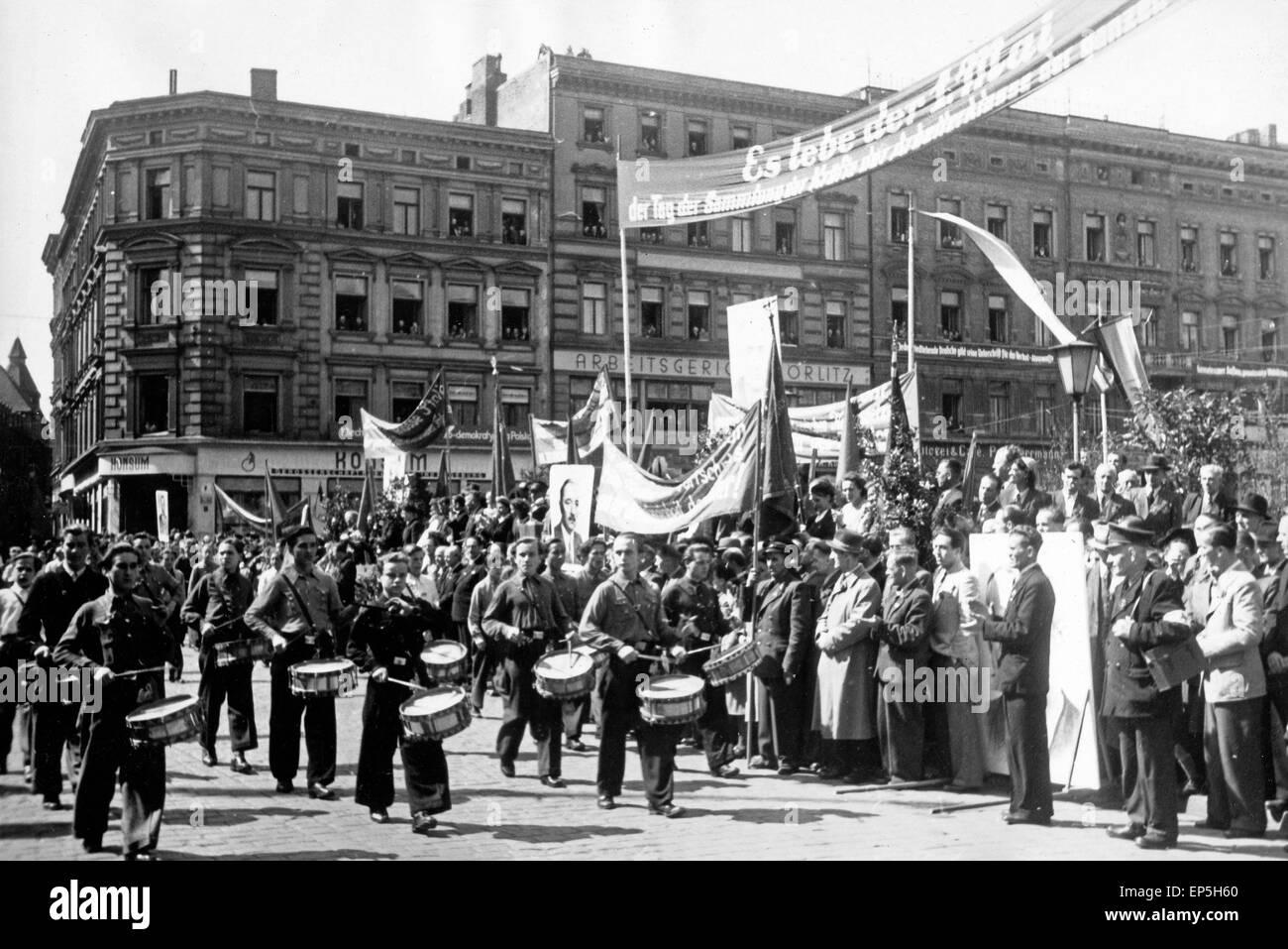 Original-Bildunterschrift: 'Unser Foto zeigt die Ehrentribüne mit Vertretern der neachbarten Volksrepublik - Stock Image