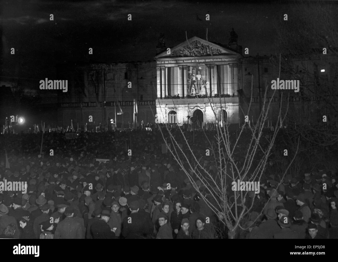 Am Abend der Maikundgebung in Dresden, DDR 1950er Jahre. 1st of May rally in the evening at Dresden, GDR 1950s. - Stock Image