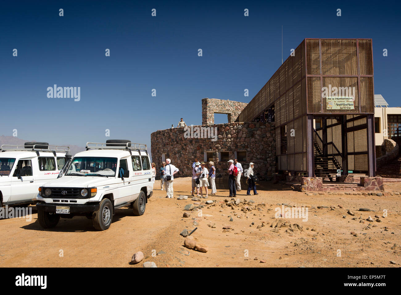 Egypt, Sinai, Sharm el Sheikh, Nabq National Park, tour group arriving at Visitor Centre - Stock Image