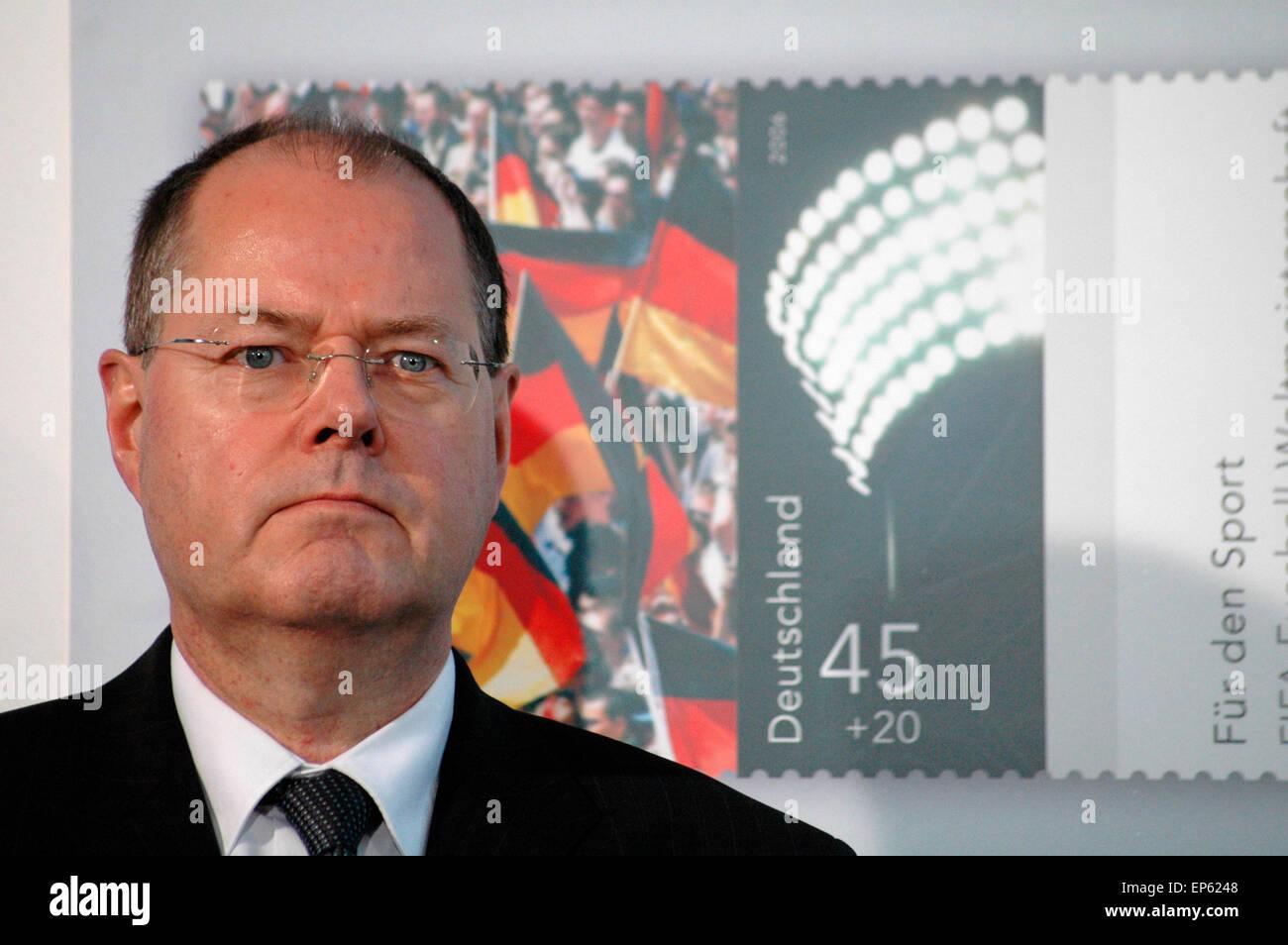 Peer Steinbrueck - Vorstellung der Sonderwertzeichen 'Fuer den Sport 2006' sowie einer Gedenkmuenze im Bundeskanzleramt - Stock Image