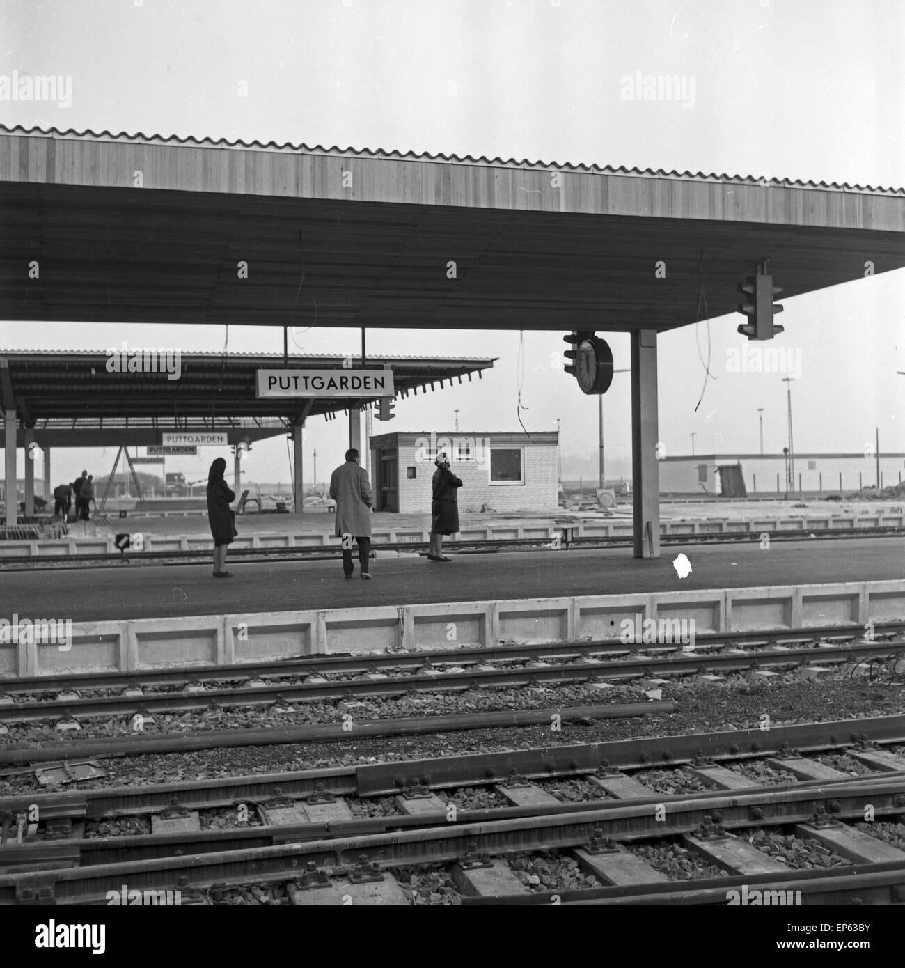 Menschen auf dem Bahnsteig am Bahnhof von Puttgarden auf der Insel Fehmarn, Deutschland 1960er Jahre. People on - Stock Image