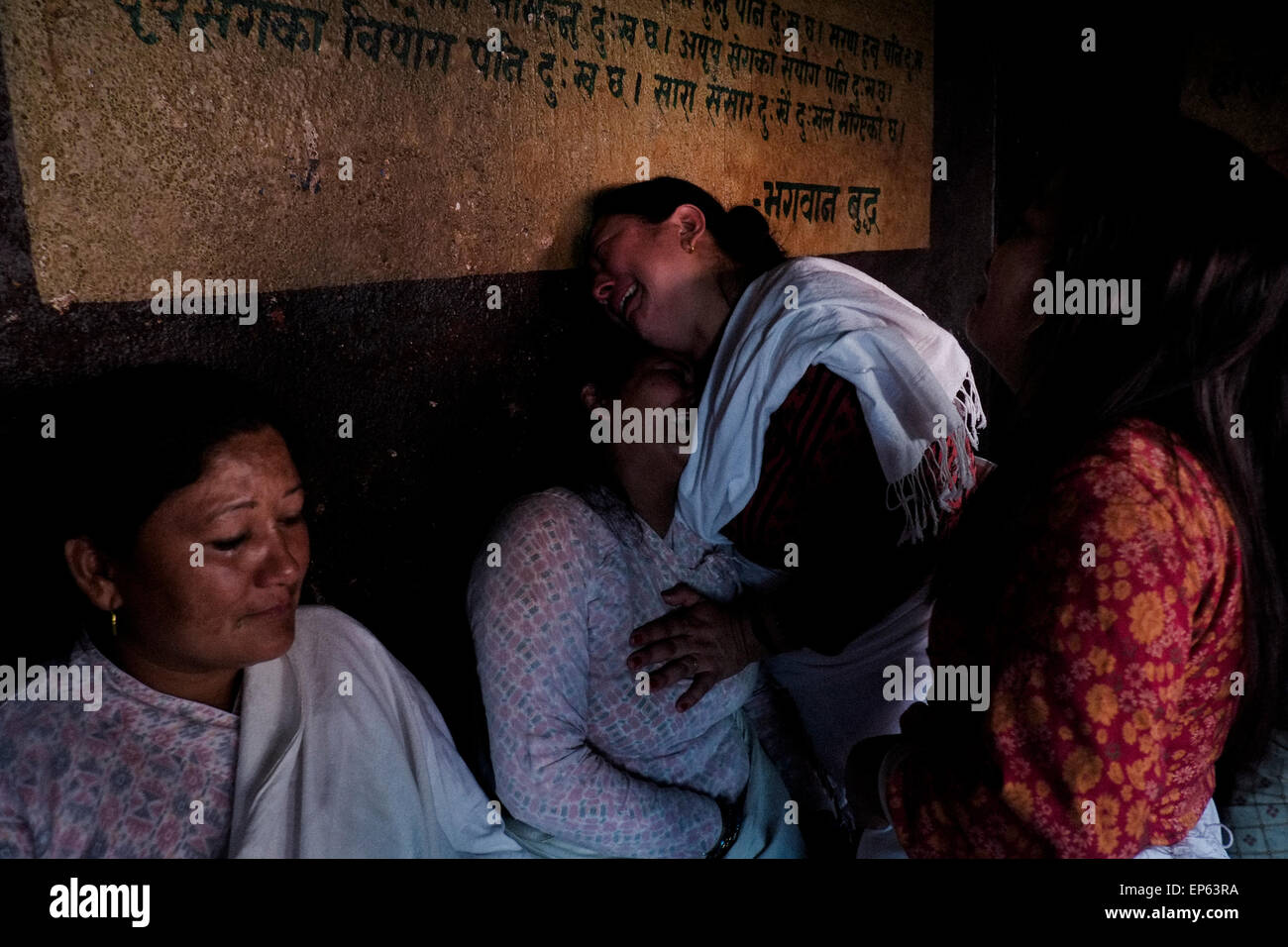 Kathmandu, Nepal. 13th May, 2015. Family members crying during the cremation ceremony at Pasphutinah Temple. A massive - Stock Image