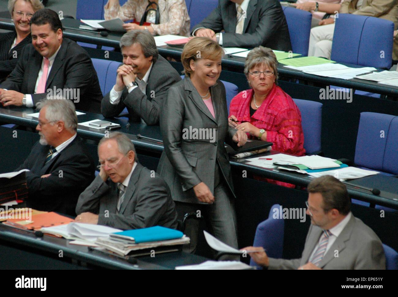 Bundeskanzlerin Angela Merkel auf dem Weg durch die Regierungsbank u.a.  mit Sigmar Gabriel und Wolfgang Schaeuble  - Sitzung im Bundestag am 29. Juni 2006, Reichstagsgebaeude, Berlin-Tiergarten. Stock Photo