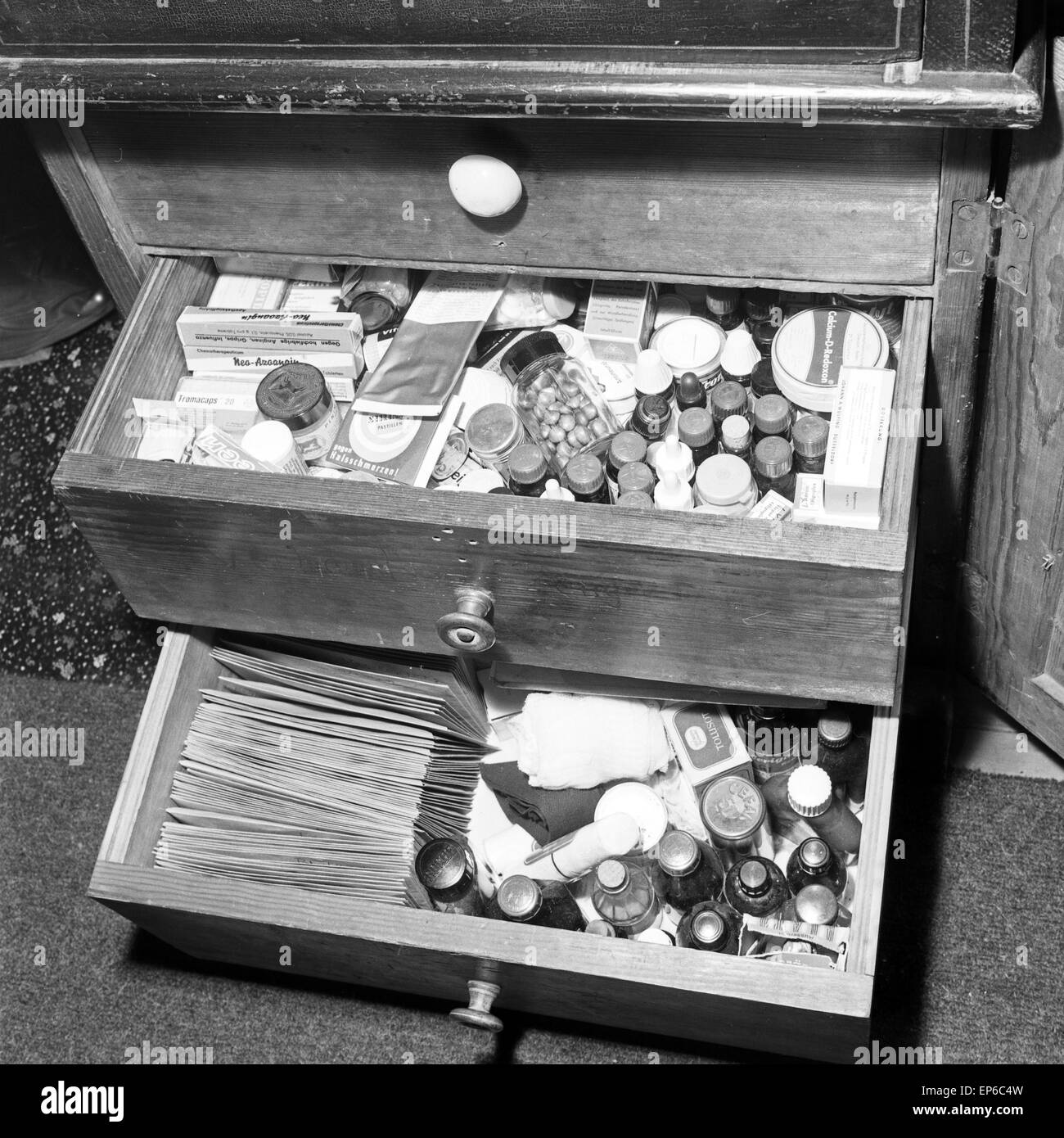 Ein Tablettenschrank voller Medikamente, Deutschland 1960er Jahre. A tray full of drugs and medicine, Germany 1960s. Stock Photo