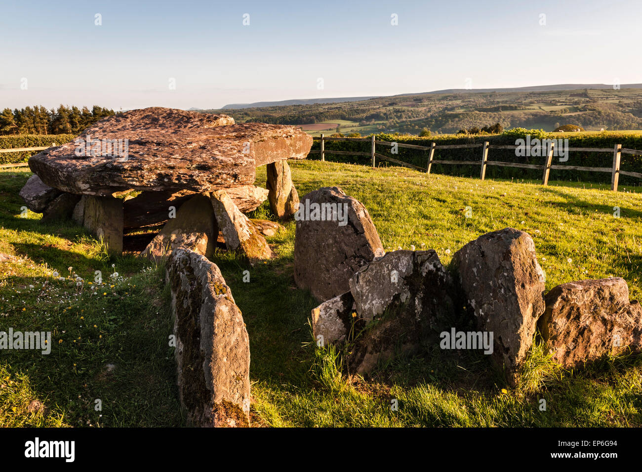 Arthur's Stone, Dorstone, Herefordshire, UK. Neolithic chambered tomb (dolmen) overlooking the Golden Valley - Stock Image