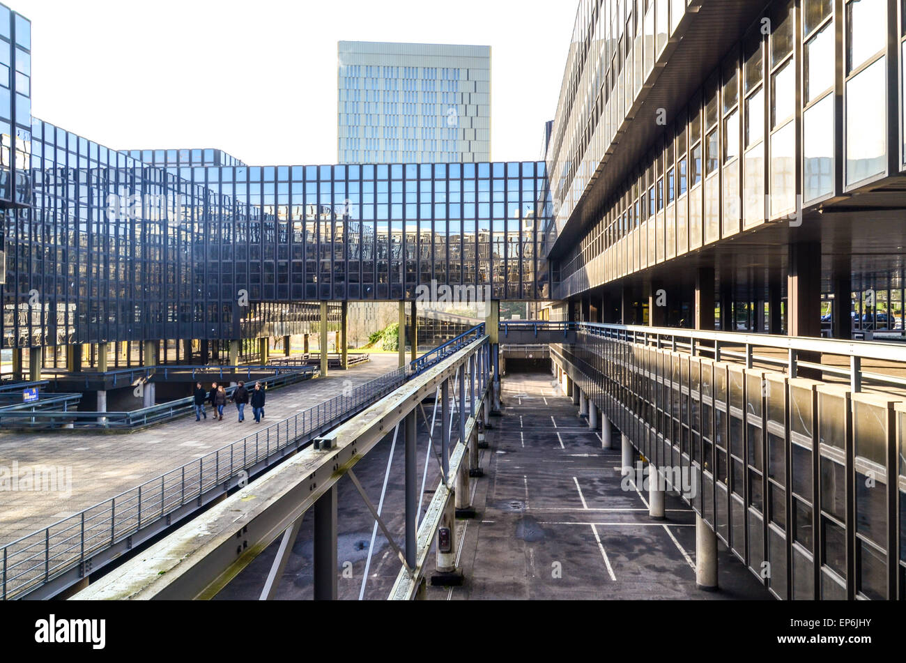 Visitors walking in the European Commission (Bâtiment Jean Monnet) in the European Quarter, Kirchberg, Luxembourg - Stock Image