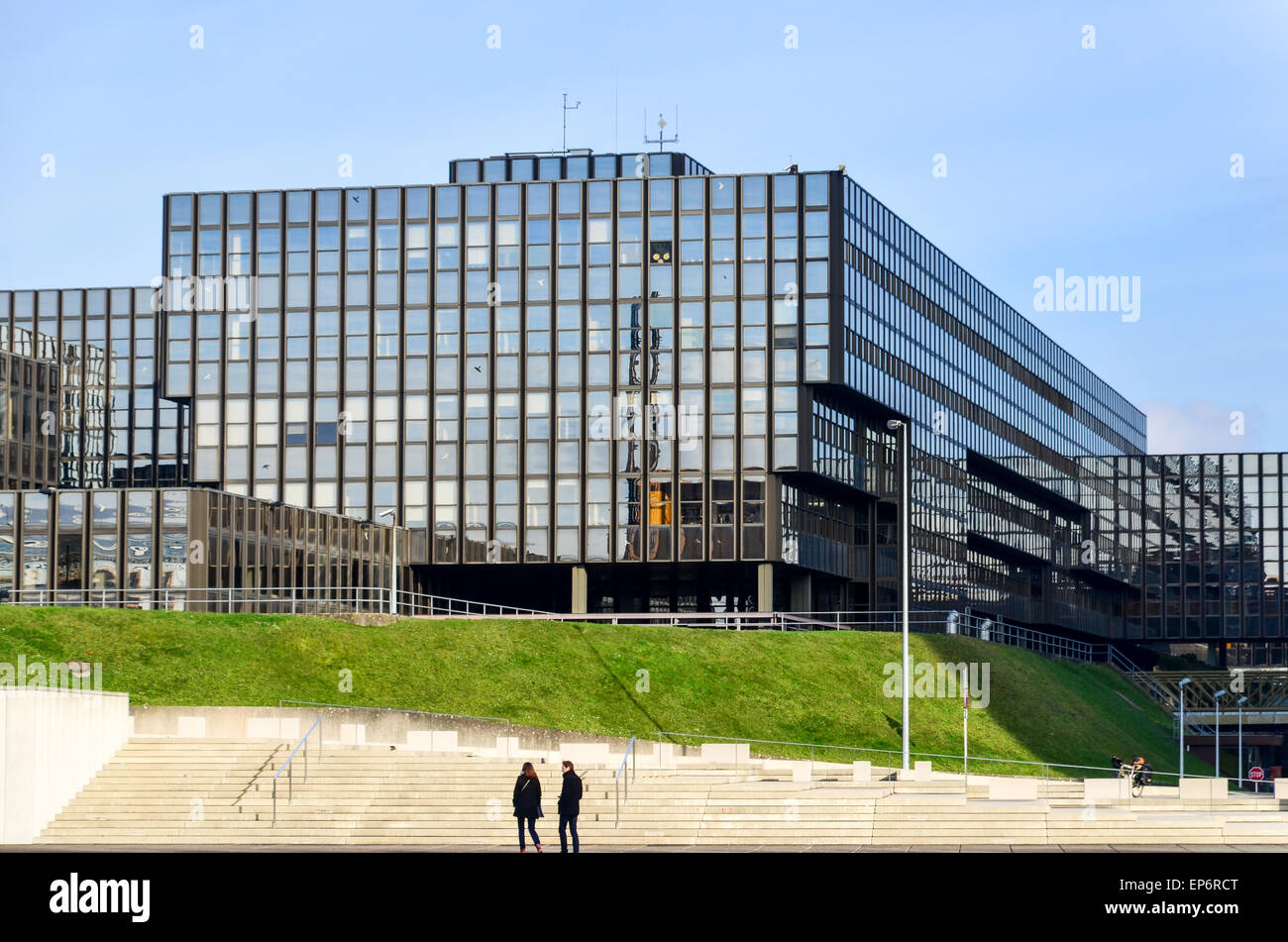 Tourists at the European Commission (Bâtiment Jean Monnet) in the European Quarter, Kirchberg, Luxembourg Stock Photo