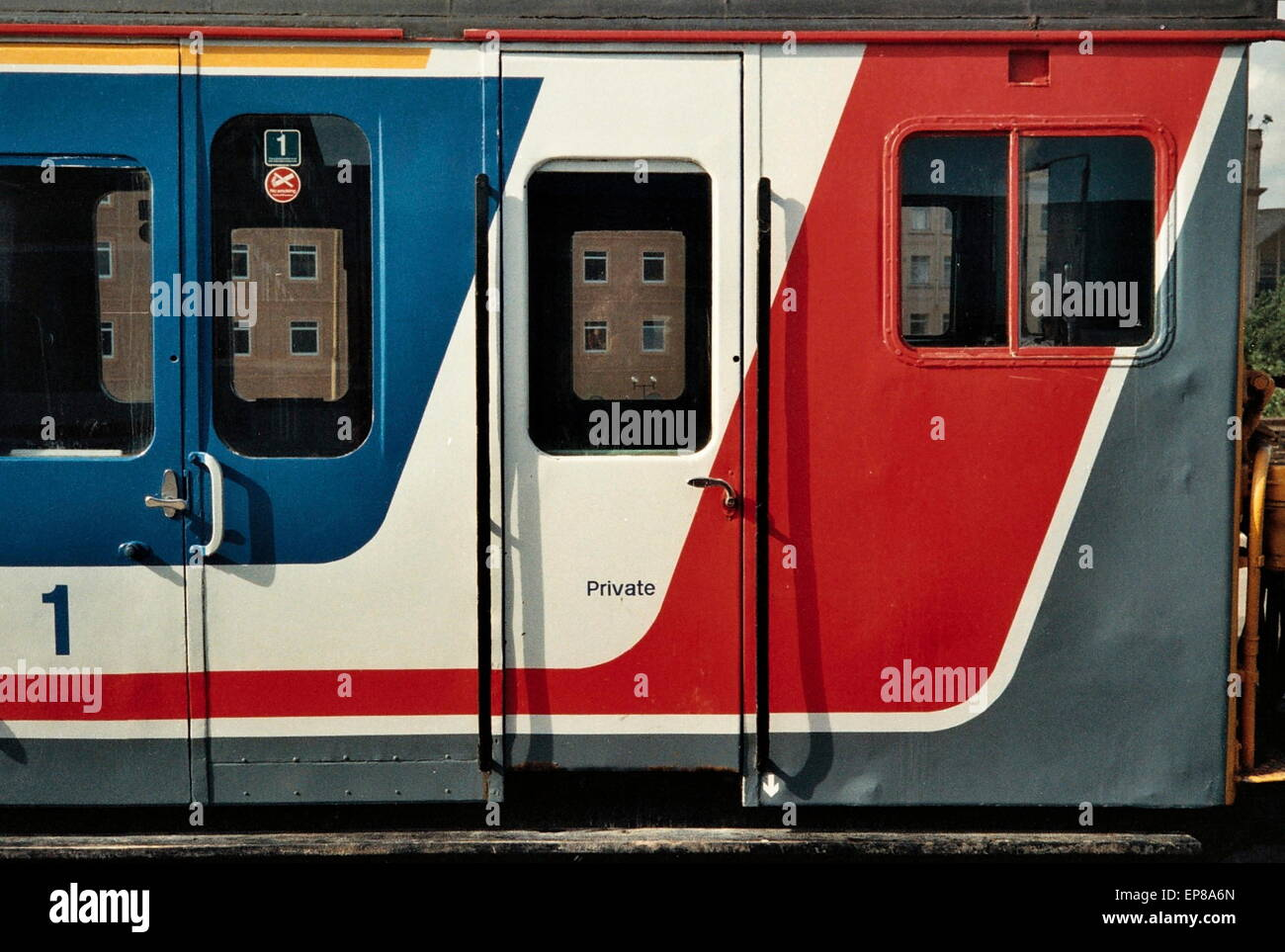 AJAXNETPHOTO. DARTFORD,ENGLAND. - RAILWAY LIVERY - EARLY 1990S SUBURBAN ELECTRIC COMMUTER PASSENGER CARRIAGE LIVERY. - Stock Image
