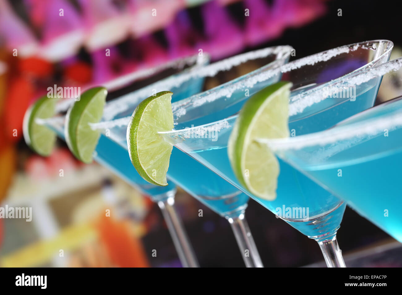 Blue Curacao Cocktails in Martini Gläsern in einer Bar - Stock Image