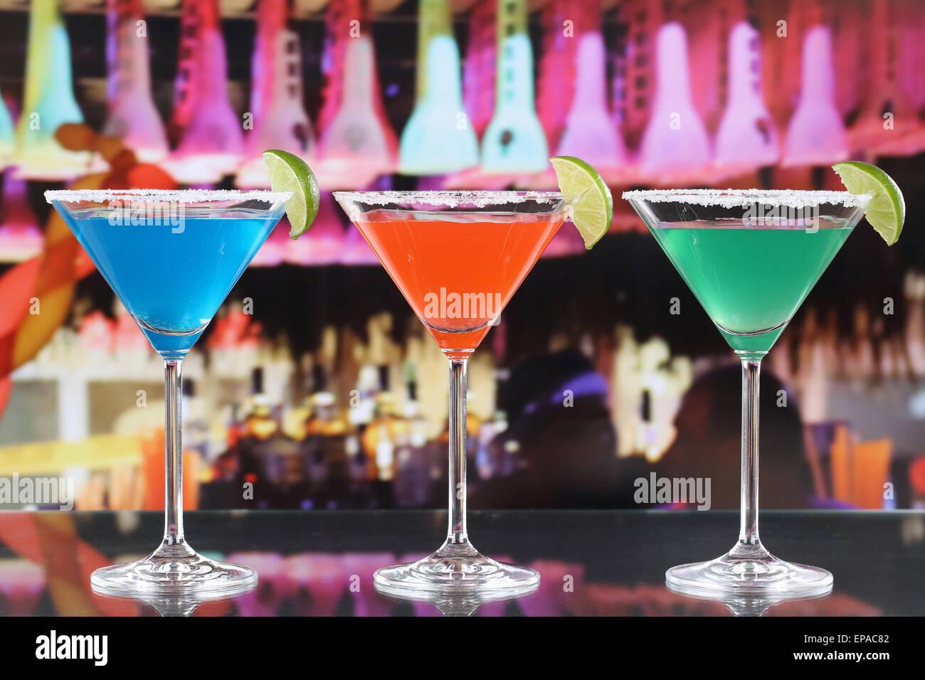 Bunte Cocktails in Martini Gläsern in einer Bar - Stock Image