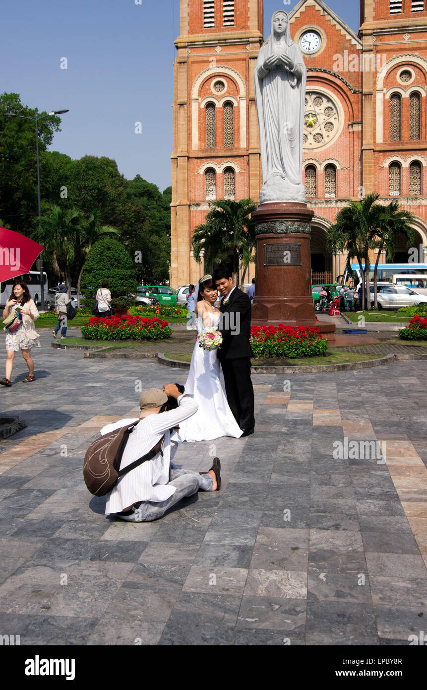 Notre Dame Cathedral, Bride and groom being photographed in front of cathedral - Stock Image