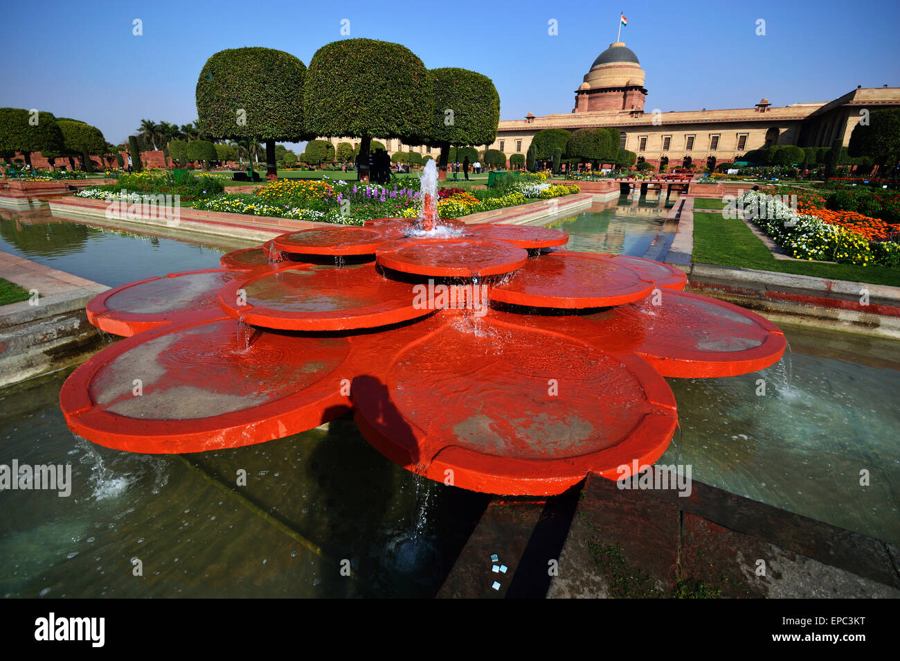 Mughal Gardens with one of the fabulous fountain in the fore ground showing Presidential palace in the background - Stock Image