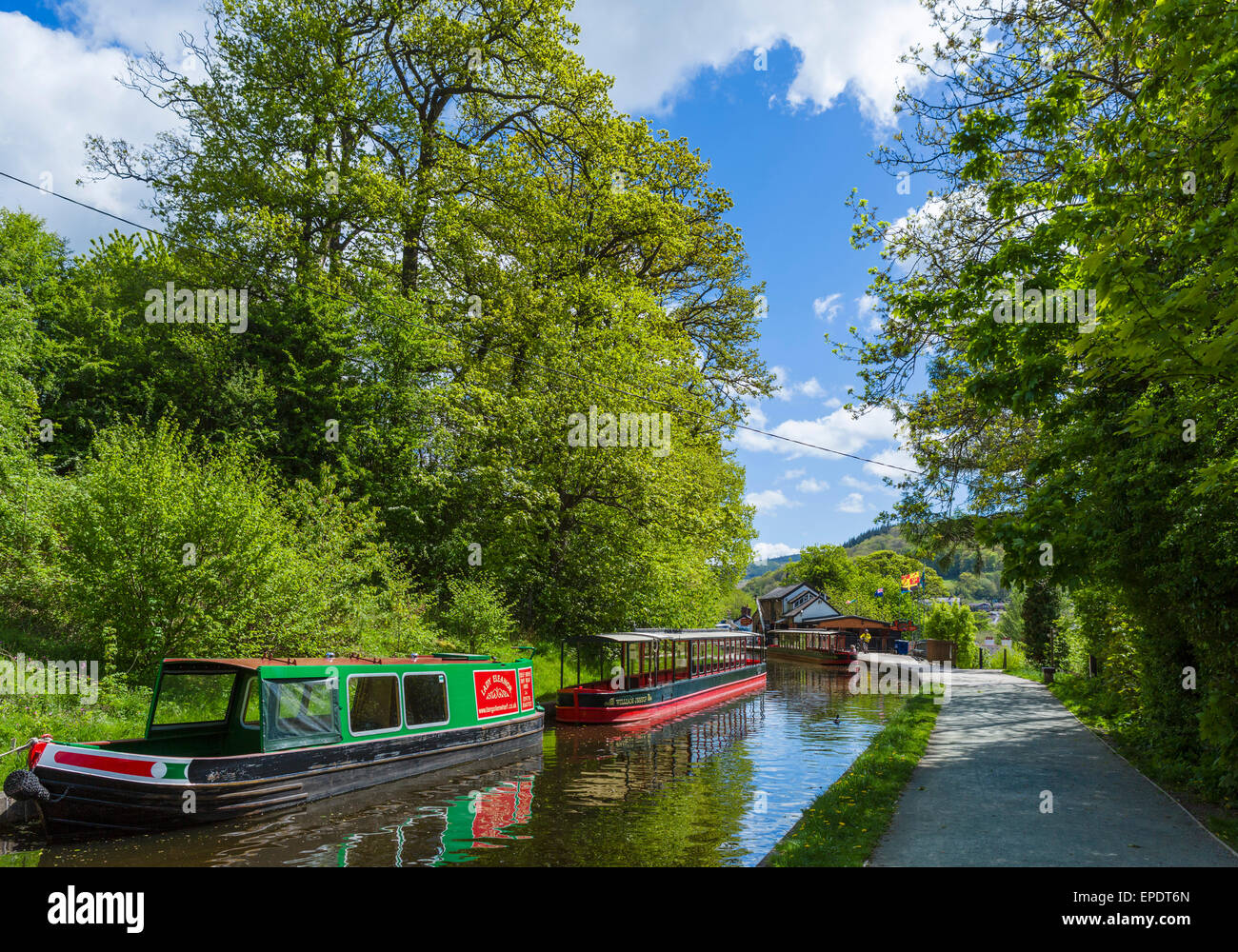 Narrowboats on the Llangollen Canal in the town centre, Llangollen, Denbighshire, Wales, UK - Stock Image
