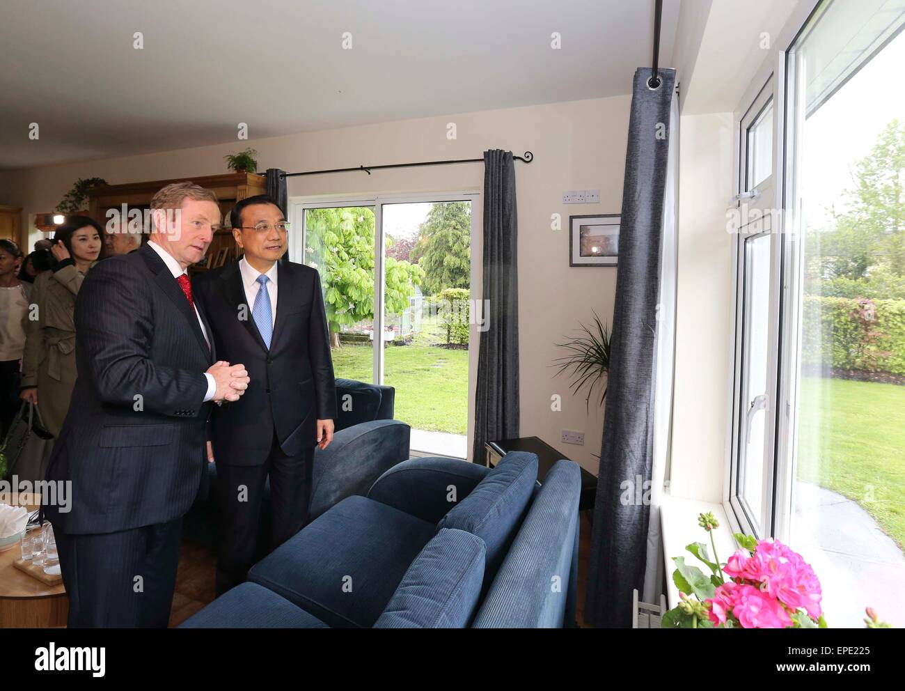Shannon, Ireland. 17th May, 2015. Chinese Premier Li Keqiang (1st R) and his wife, Prof. Cheng Hong, in the company - Stock Image