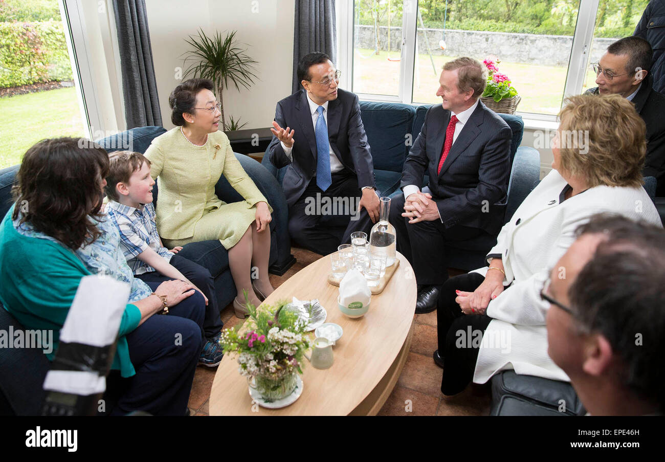 Shannon, Ireland. 17th May, 2015. Chinese Premier Li Keqiang (4th L) and his wife, Prof. Cheng Hong (3rd L), in - Stock Image
