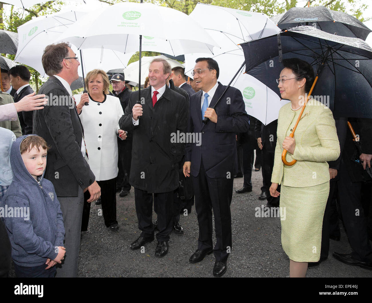 Shannon, Ireland. 17th May, 2015. Chinese Premier Li Keqiang (2nd R) and his wife, Prof. Cheng Hong (1st R), in - Stock Image