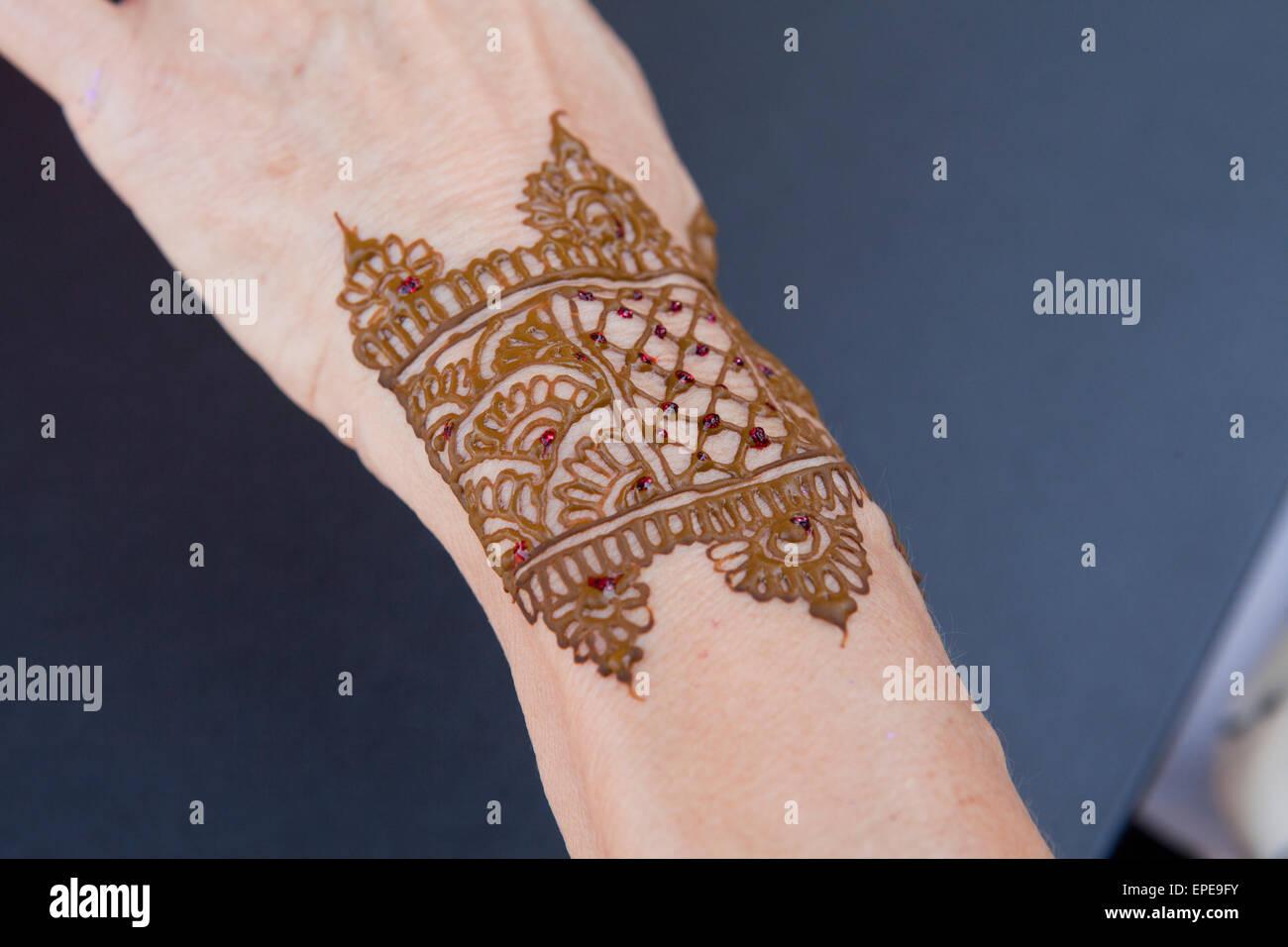 Mehndi - Indian skin decoration with henna on hand - Stock Image