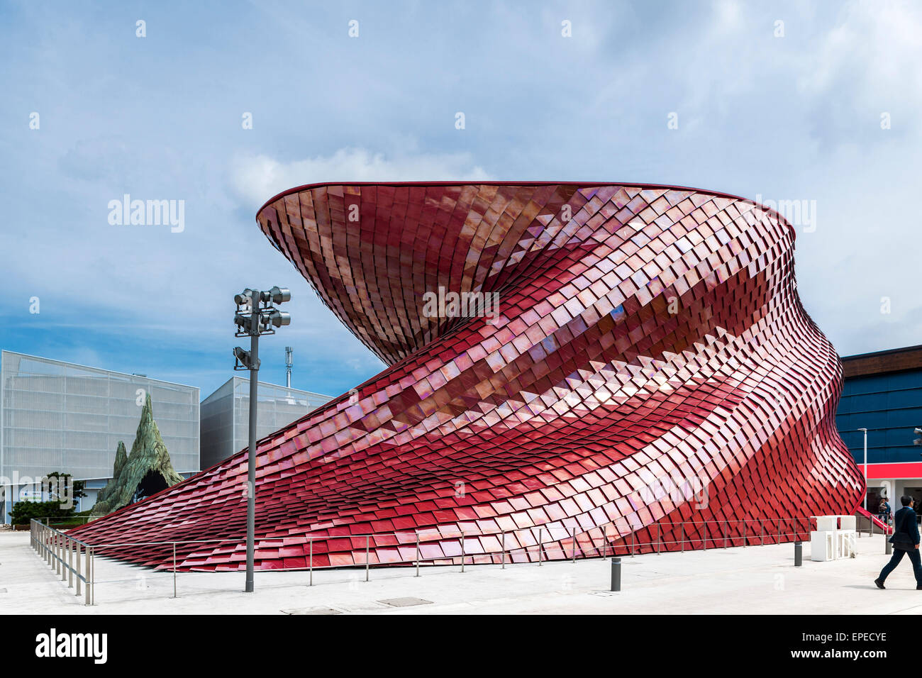 Serpentine and sculptural facade. Milan Expo 2015, Vanke Pavilion, Milan, Italy. Architect: Daniel Libeskind, 2015. - Stock Image