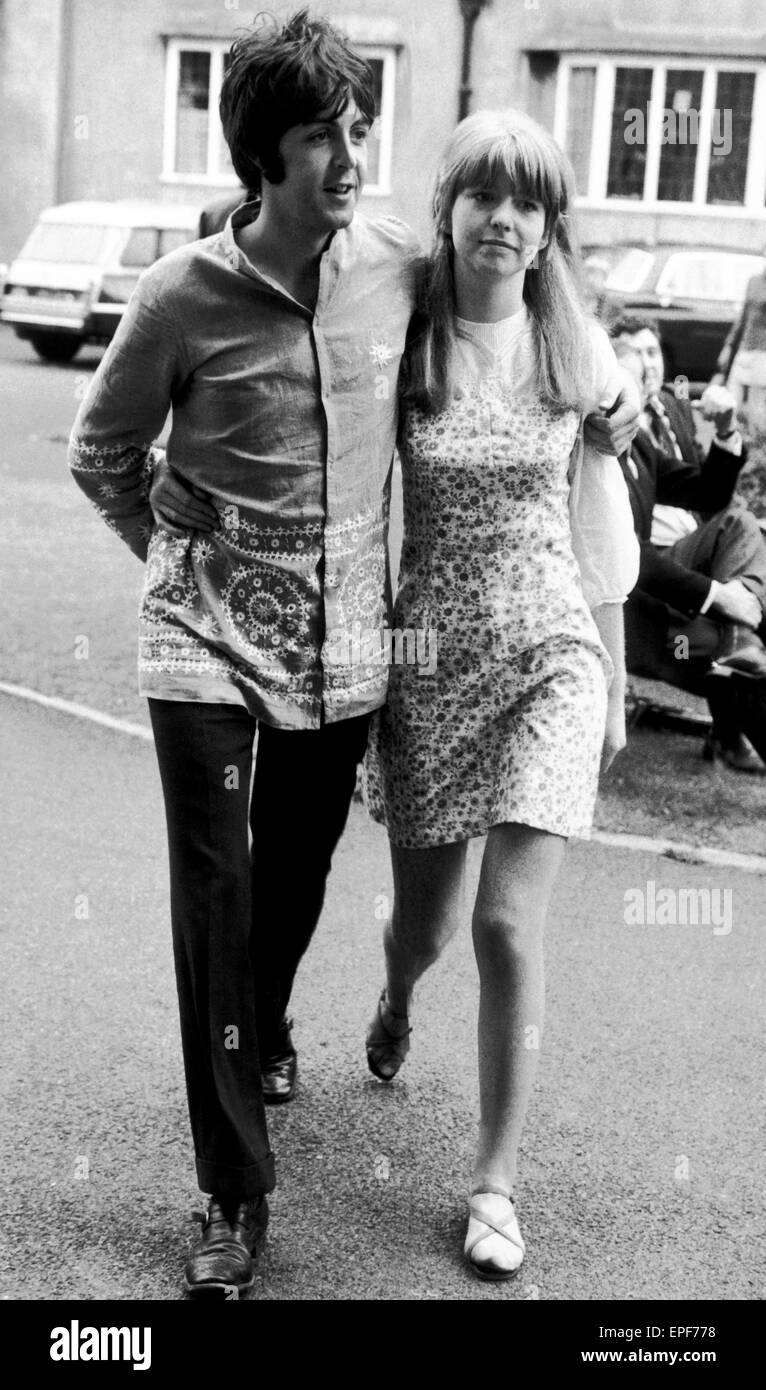 Paul McCartney Jane Asher Bangor North Wales Sunday 27th August 1967 In To Attend Lecture By Maharishi Mahesh Yogi Pictured The Grounds Of