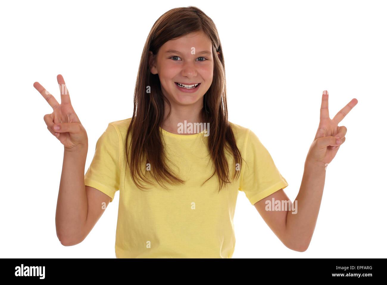 Erfolgreiches Mädchen beim Siegen mit Victory Zeichen - Stock Image