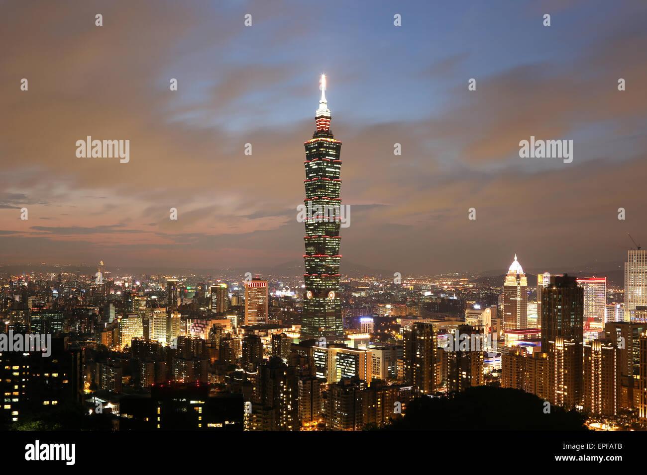 Taipeh Taiwan Panorama abends mit Taipei 101 - Stock Image