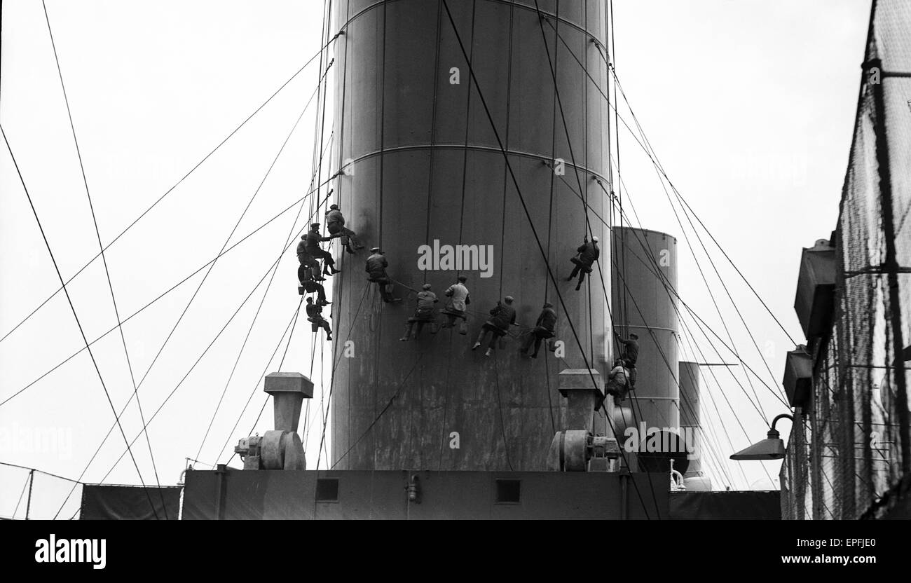 White Star Line liner RMS Olympic, sistership of the ill fated Titanic seen here having her funnels painted during - Stock Image