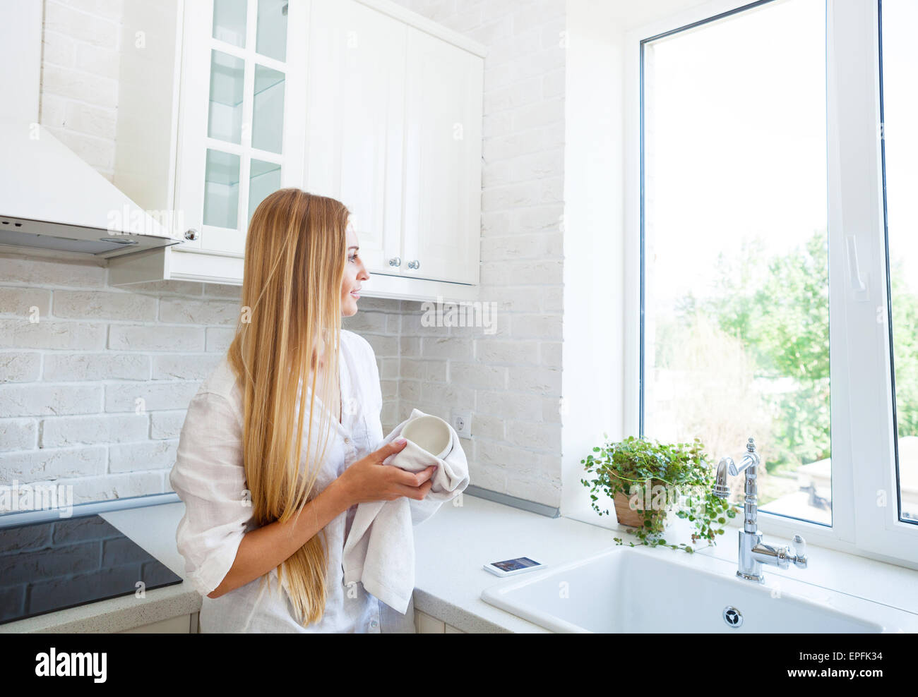 Woman doing the washing up in the kitchen Stock Photo: 82708168 - Alamy