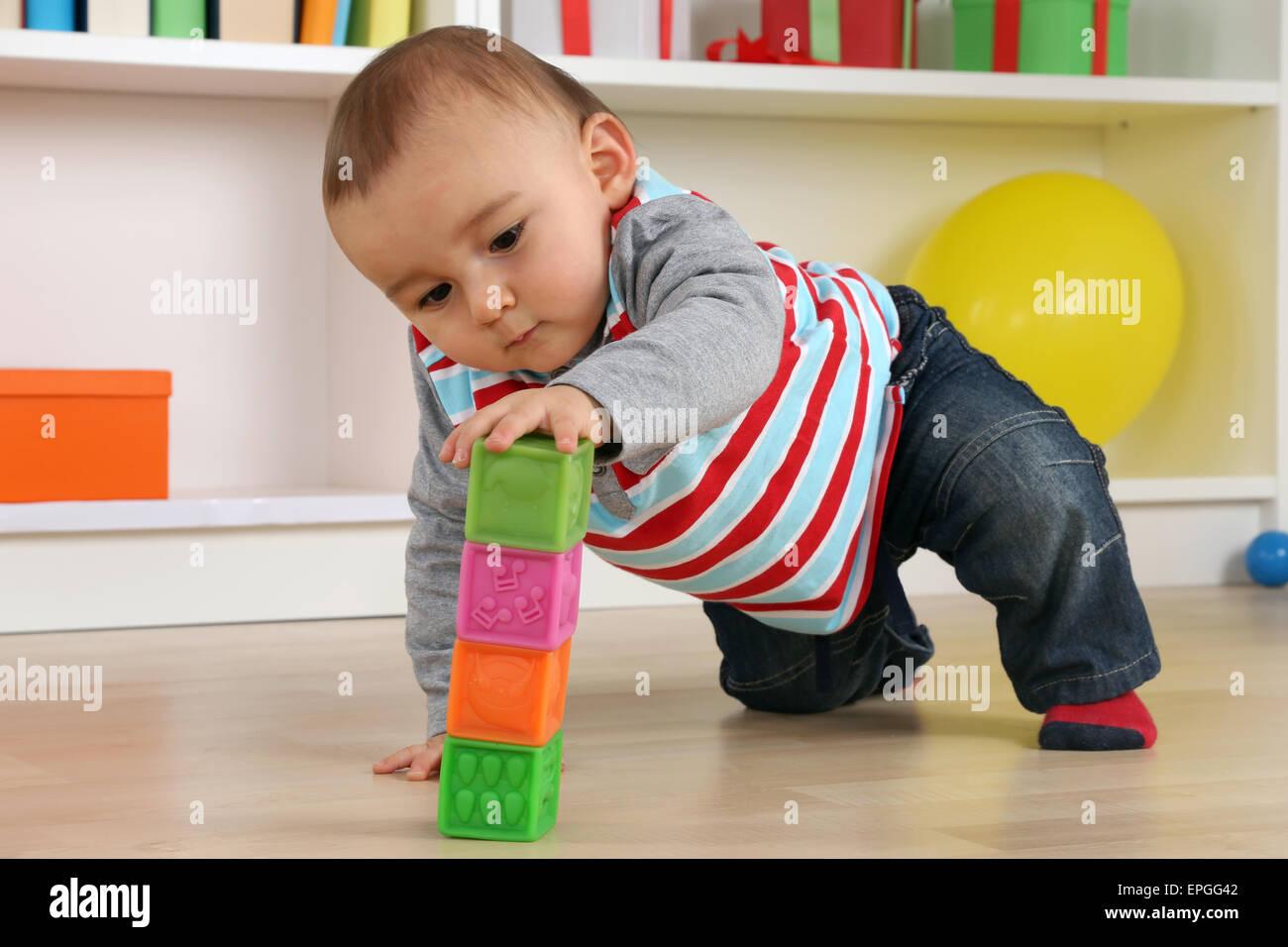 Baby beim Spielen mit Würfeln Stock Photo