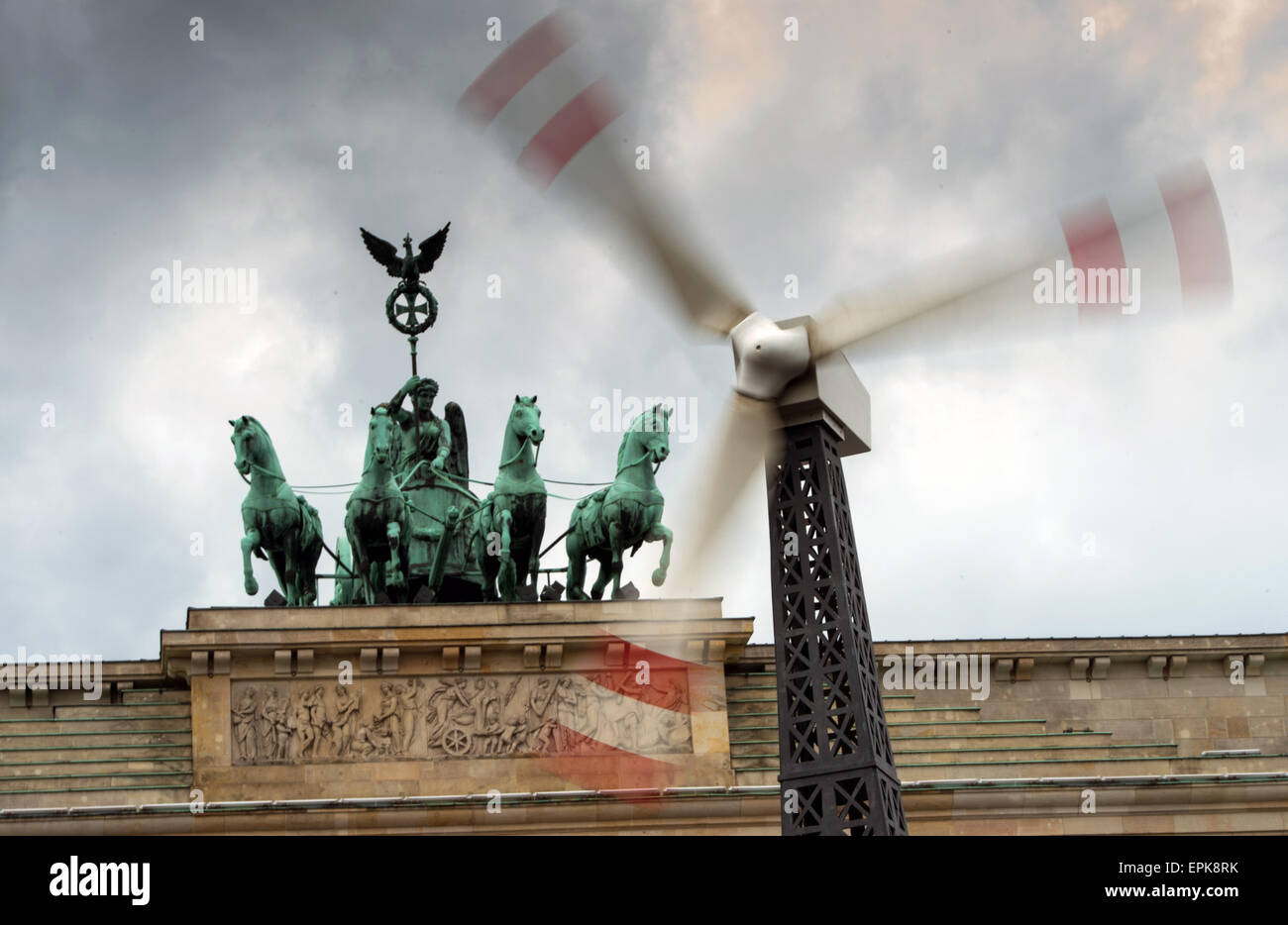 Berlin, Germany. 19th May, 2015. A wind mill set up by Greenpeace activists rotates during a rally at the Brandenburg - Stock Image