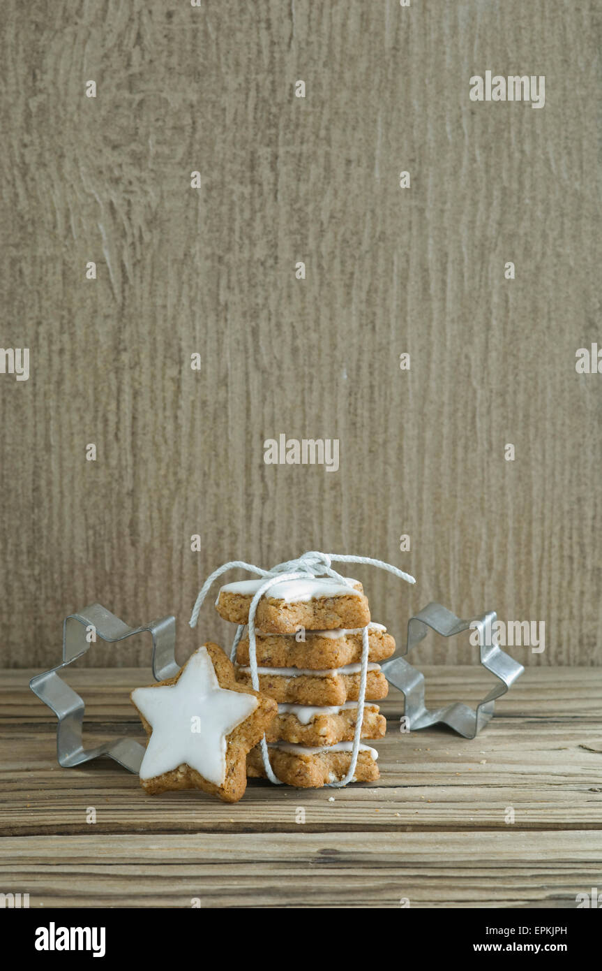 Stack of cinnamon stars and cookie cutters - Stock Image