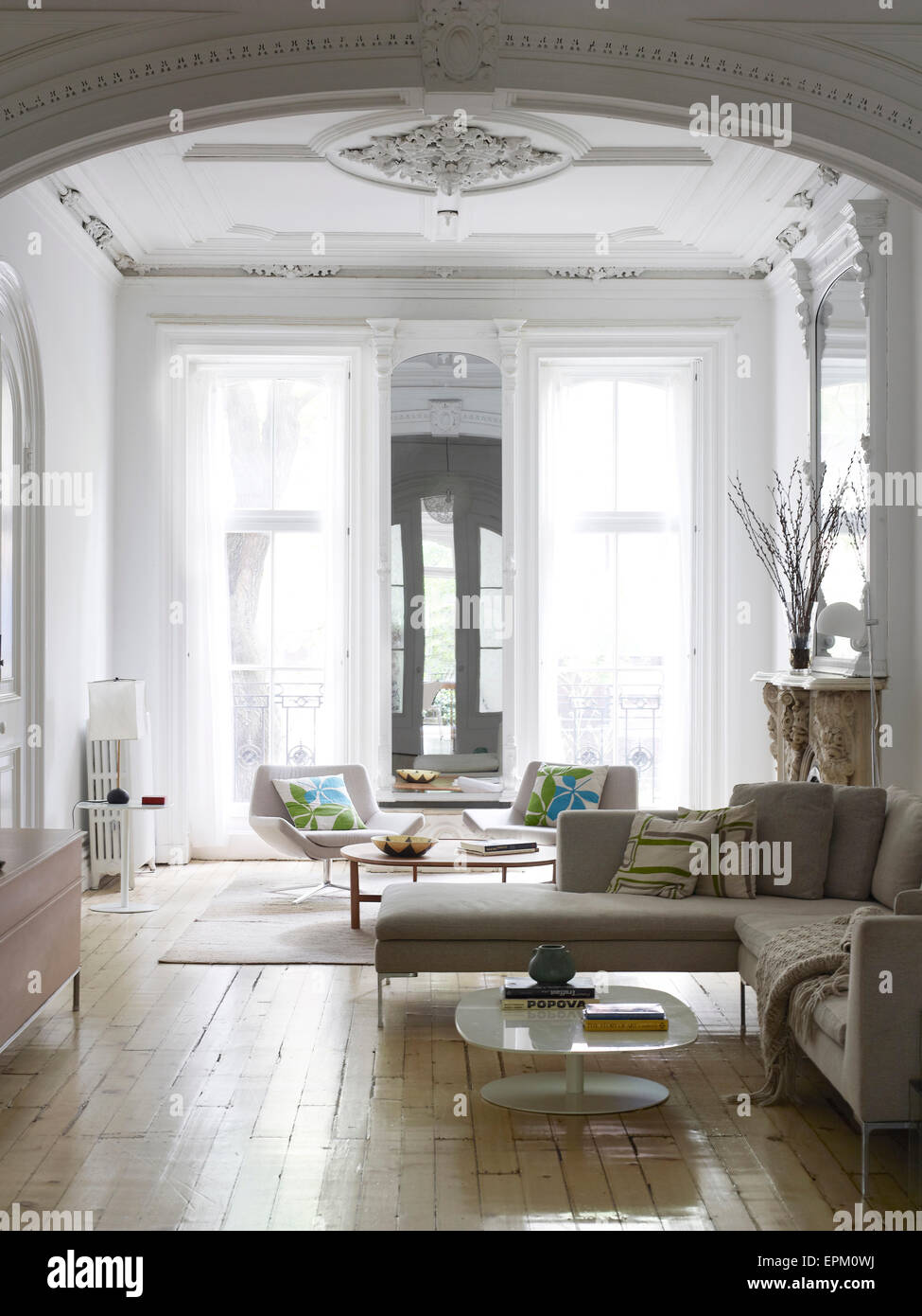 Large living room with white plastered ceiling, Chelsea Townhouse ...