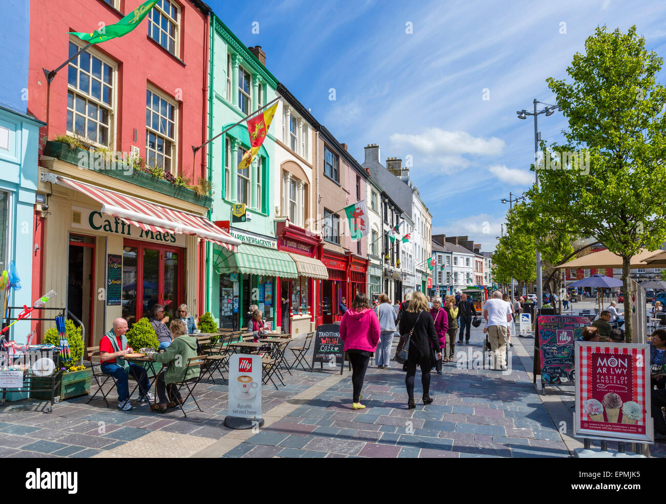 Shops, pubs and cafes on Castle Square, Caernarfon, Gwynedd, Wales, UK - Stock Image