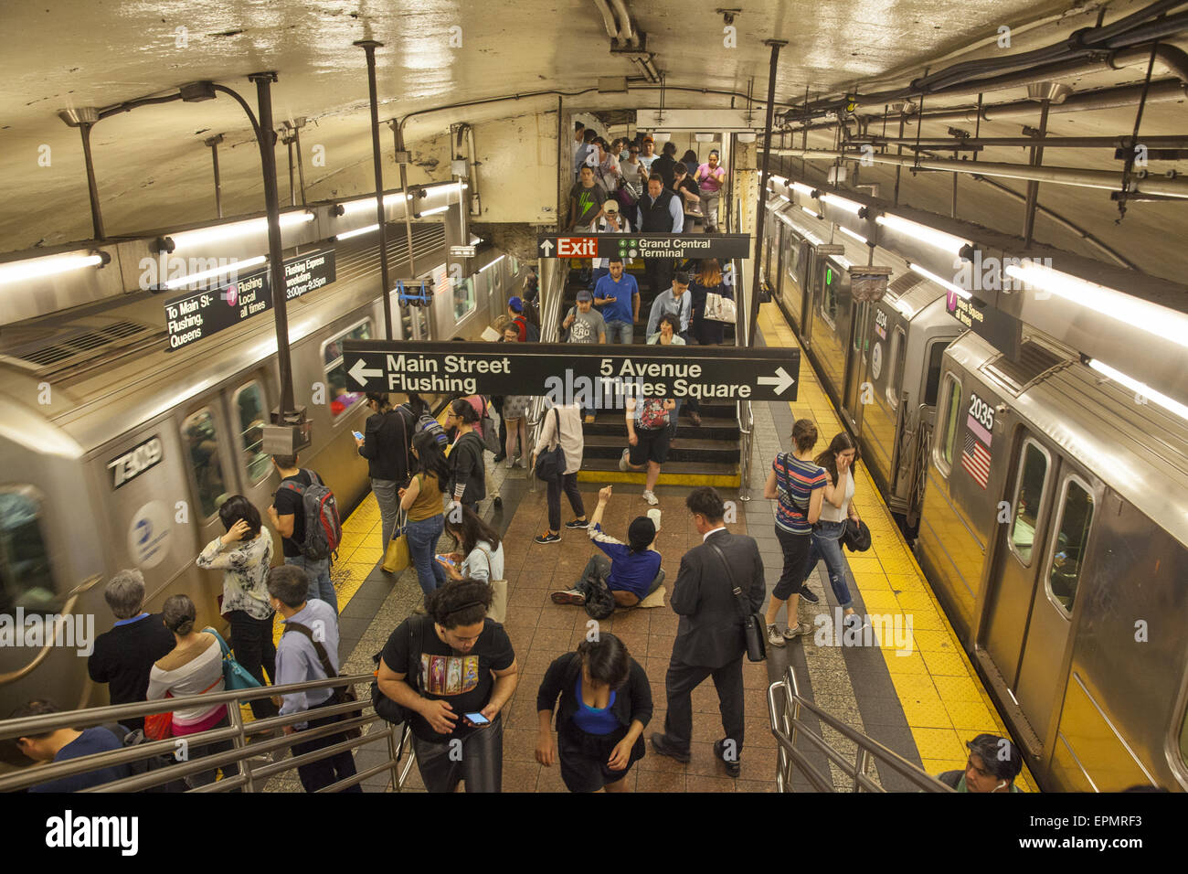 Commuters going home at the evening rush hour on the Grand Central, 42nd St. subway station platform. - Stock Image