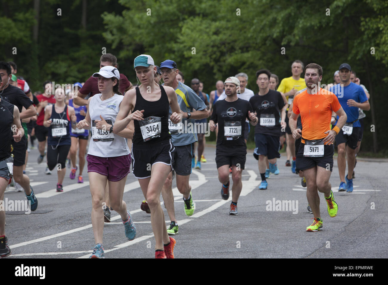Over 25,000 runners participated in the 2015 Brooklyn ½ Marathon. Runners come to the halfway point in Prospect - Stock Image