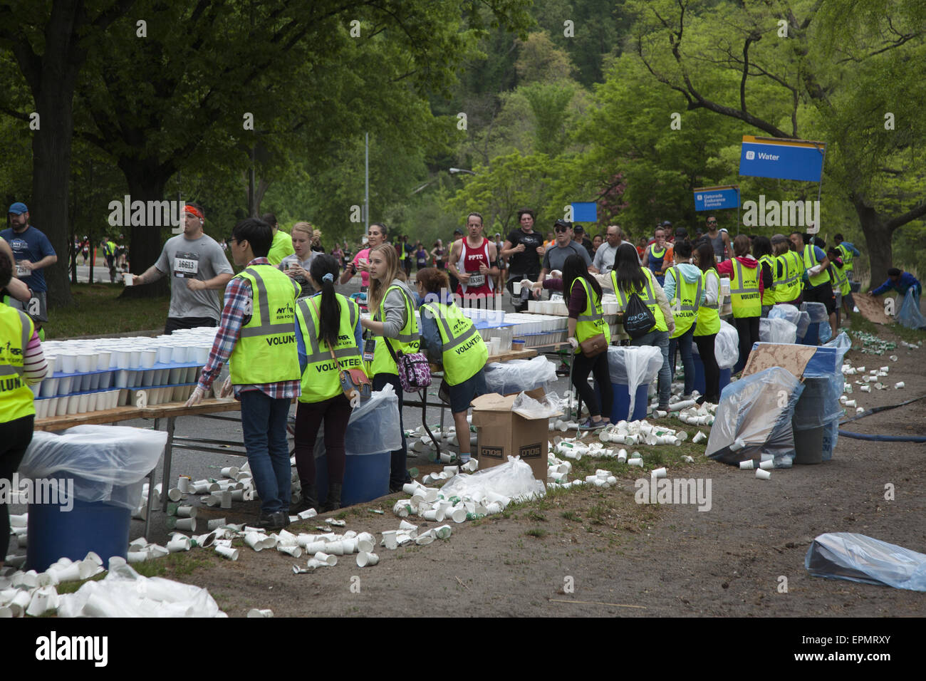 Volunteers give out water to runners at the Brooklyn ½ Marathon in Prospect Park at the halfway point of the - Stock Image