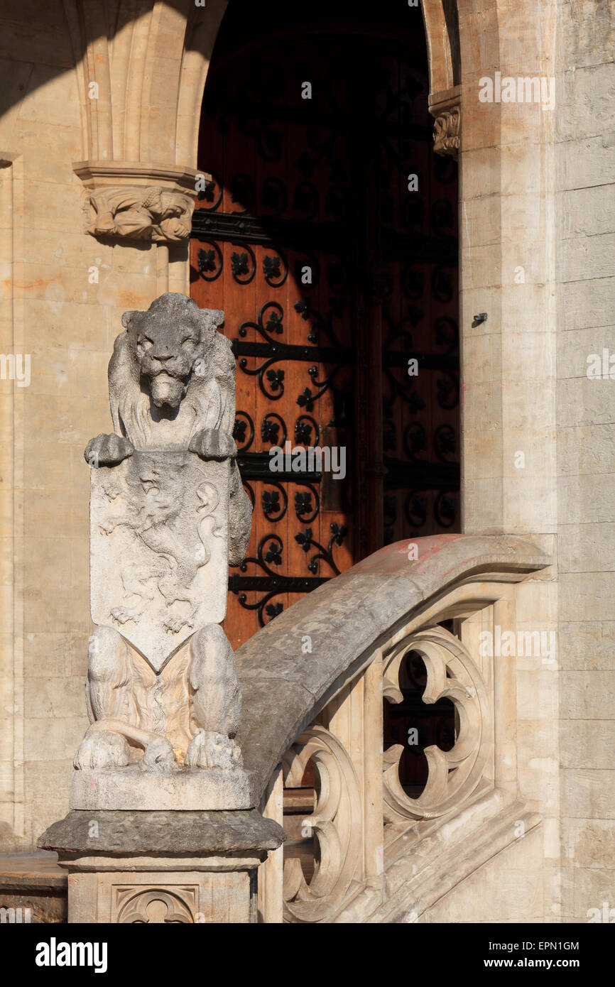 Heraldic lion holding a shield at the entrance of the 15th-century town hall in Brussels, Belgium - Stock Image