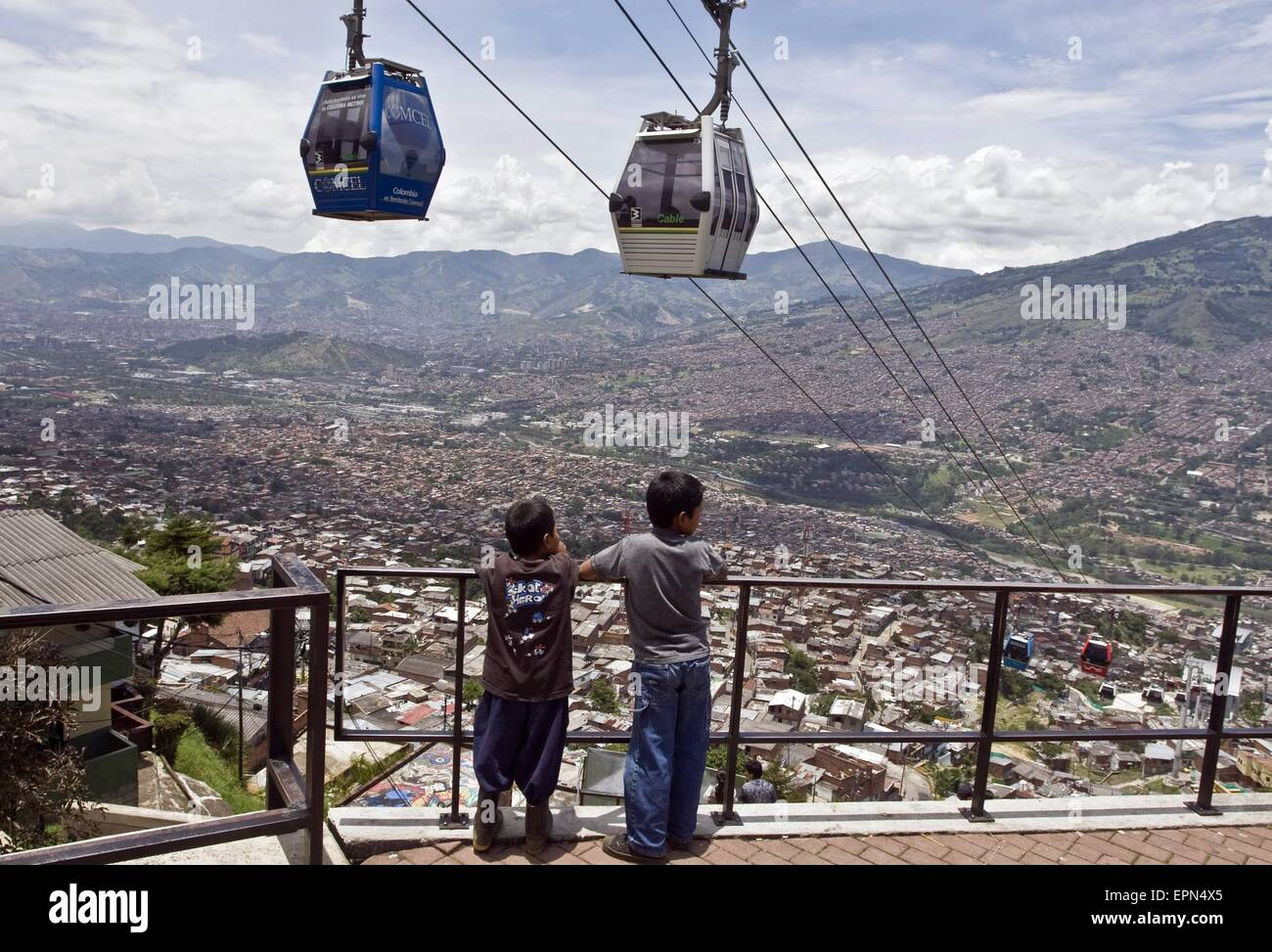 """Beijing, China. 27th Mar, 2009. Image taken on March 27, 2009 shows children watching the """"metrocable"""" in Medellin, Stock Photo"""