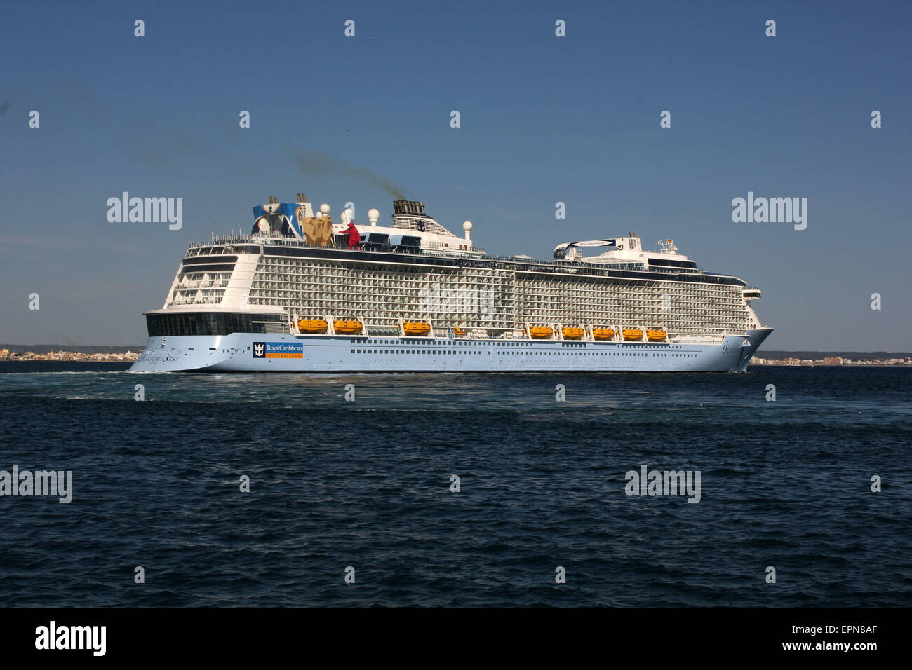 """Mega Cruise ship """"QUANTUM OF THE SEAS"""" ( 347.08 mtrs long - launched in 2014 - 4,100 passengers - 18 decks ) Palma Stock Photo"""