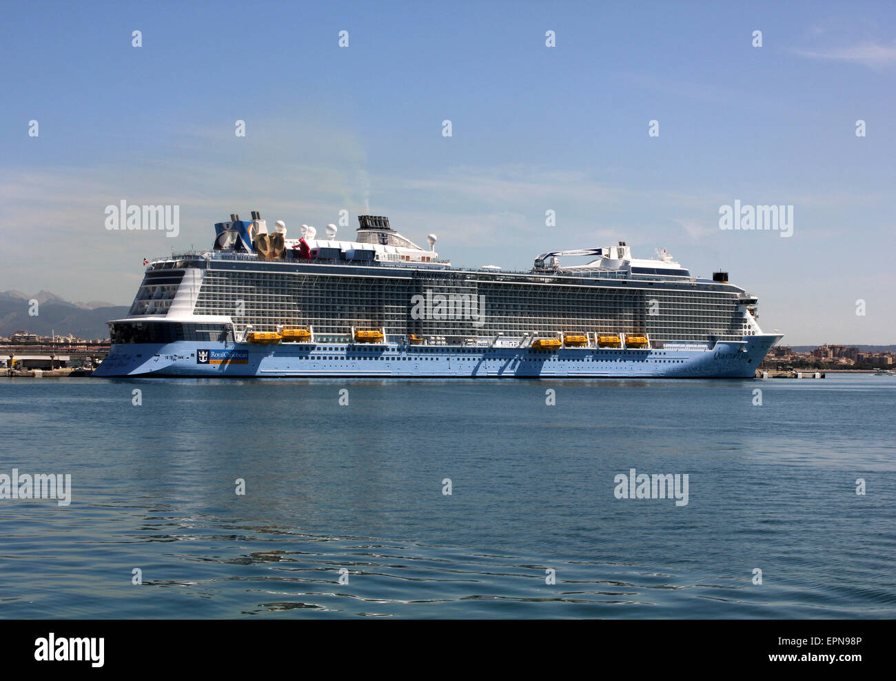 "Mega Cruise ship ""QUANTUM OF THE SEAS"" ( 347.08 mtrs long - launched in 2014 - 4,100 passengers - 18 decks ) - Palma - Stock Image"