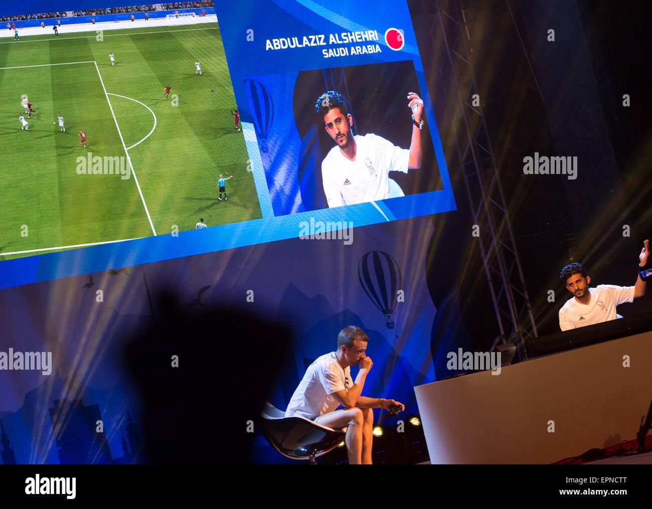 Der Sieger des FIFA Interactive World Cup 2015 Finale, Abdulaziz Alshehri (r) aus Saudi Arabien, jubelt am 19.05.2015 - Stock Image