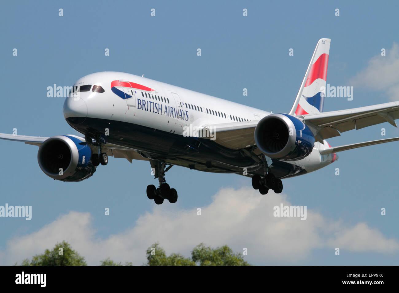 Long haul air travel. British Airways Boeing 787-8 Dreamliner passenger jet plane on approach to London Heathrow. - Stock Image