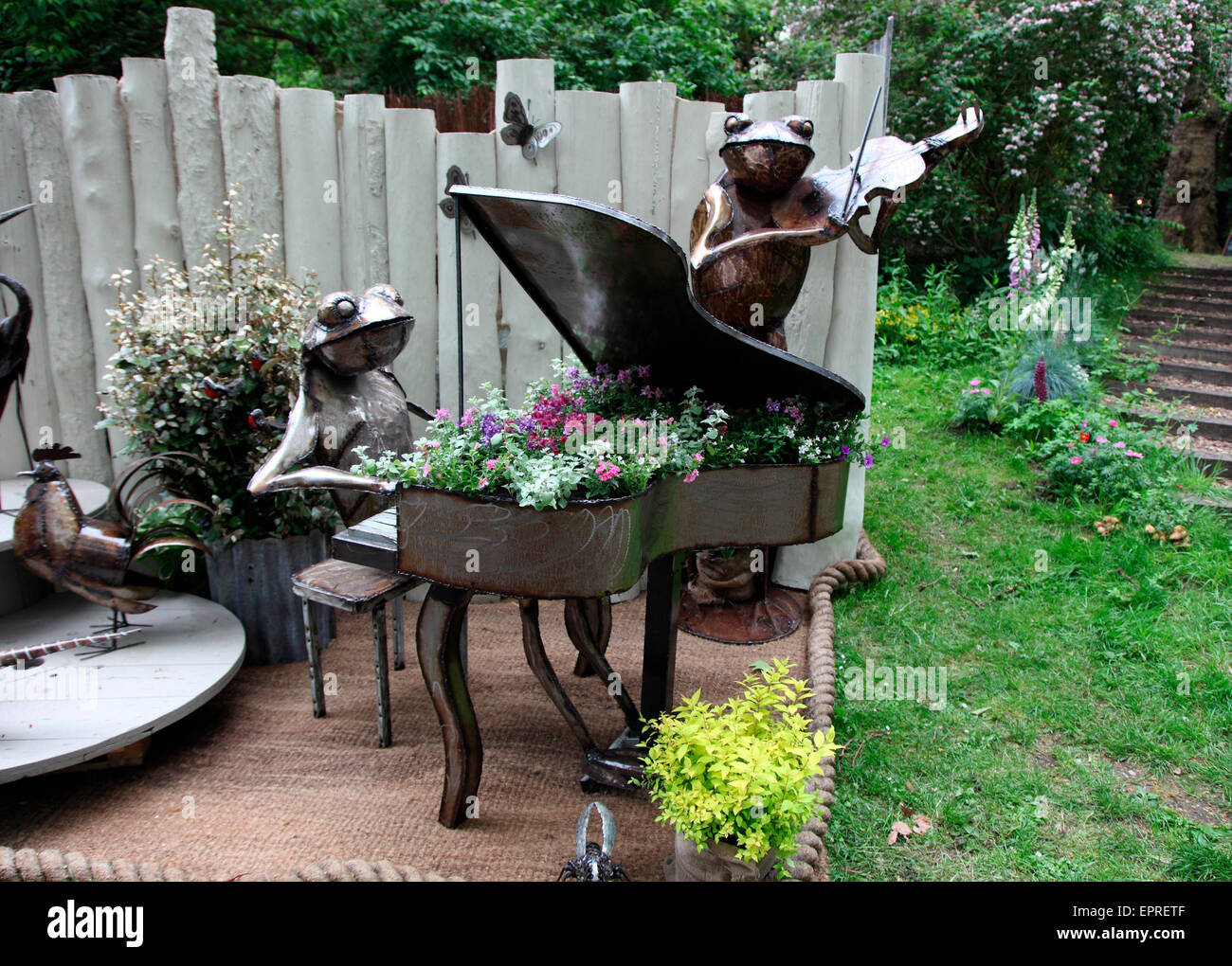Frog duet by Zimbolic recycled metal - Stock Image