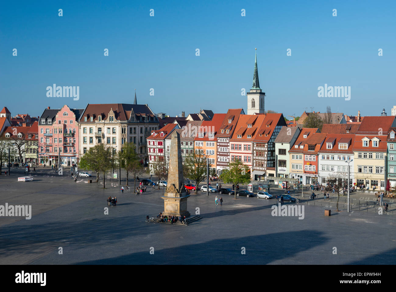 Cathedral Square with obelisk and row of medieval houses, historic centre, Erfurt, Thuringia, Germany - Stock Image