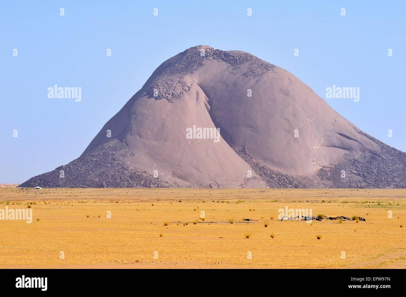 Aicha monolith in the flat desert, Adrar region, Mauritania - Stock Image