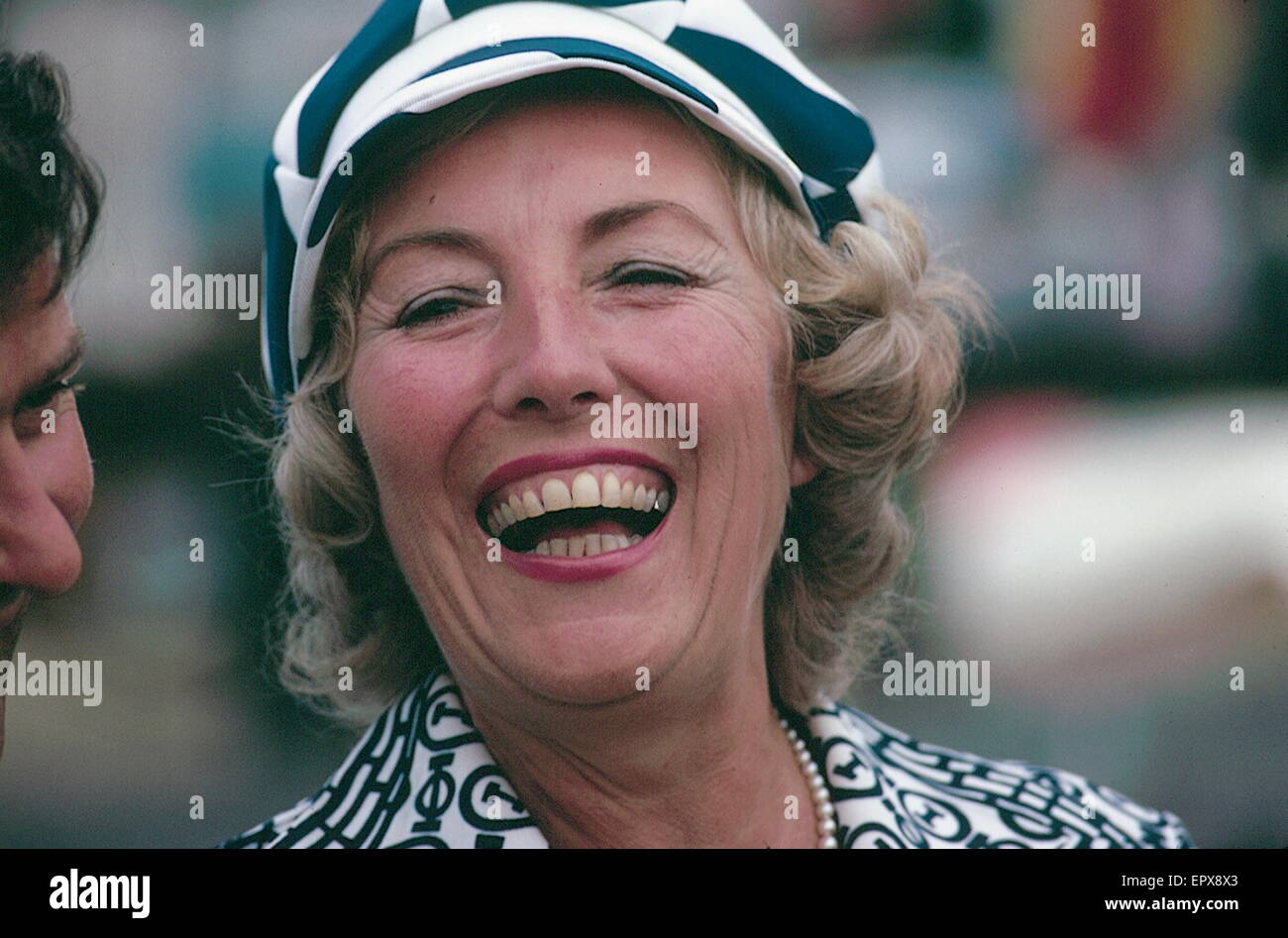 AJAXNETPHOTO. 1974. PORTCHESTER, ENGLAND. - FORCES SWEETHEART - (DAME, DBE 1975.) VERA LYNN ENJOYS A JOKE WITH SAILOR - Stock Image